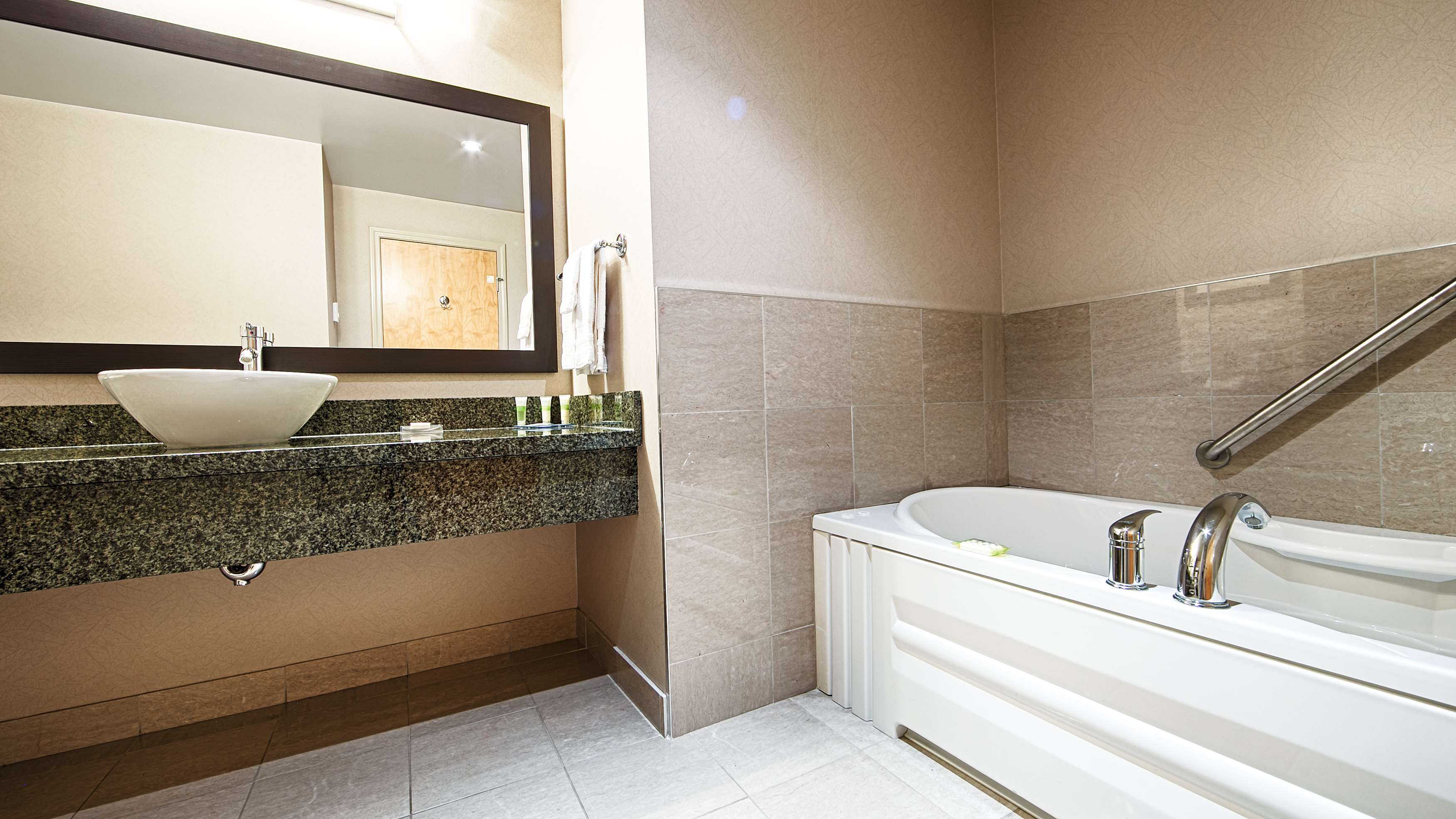 Best western plus perth parkside inn spa perth on ourbis for Parkside guest house bath