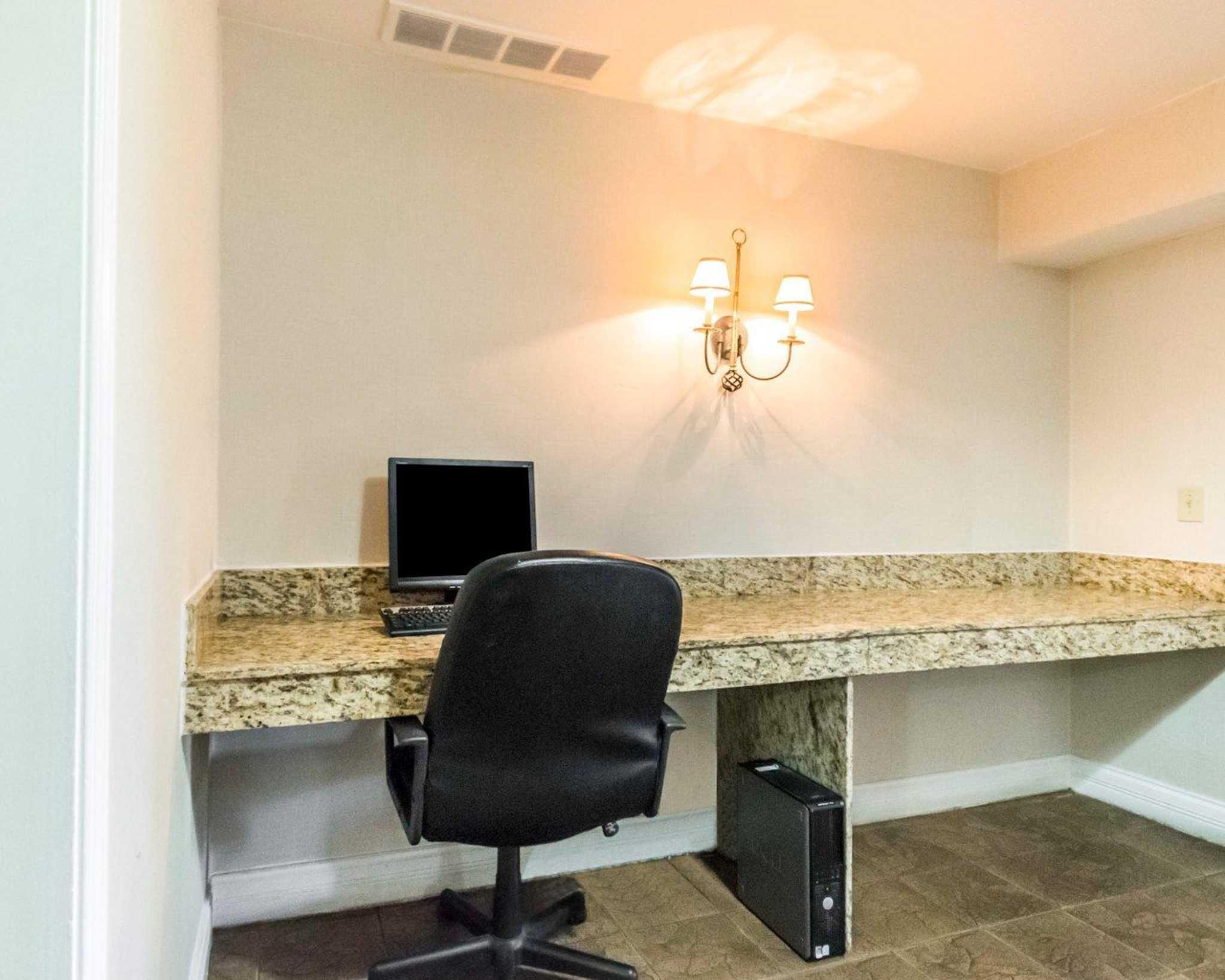 Quality Inn & Suites University/Airport image 39