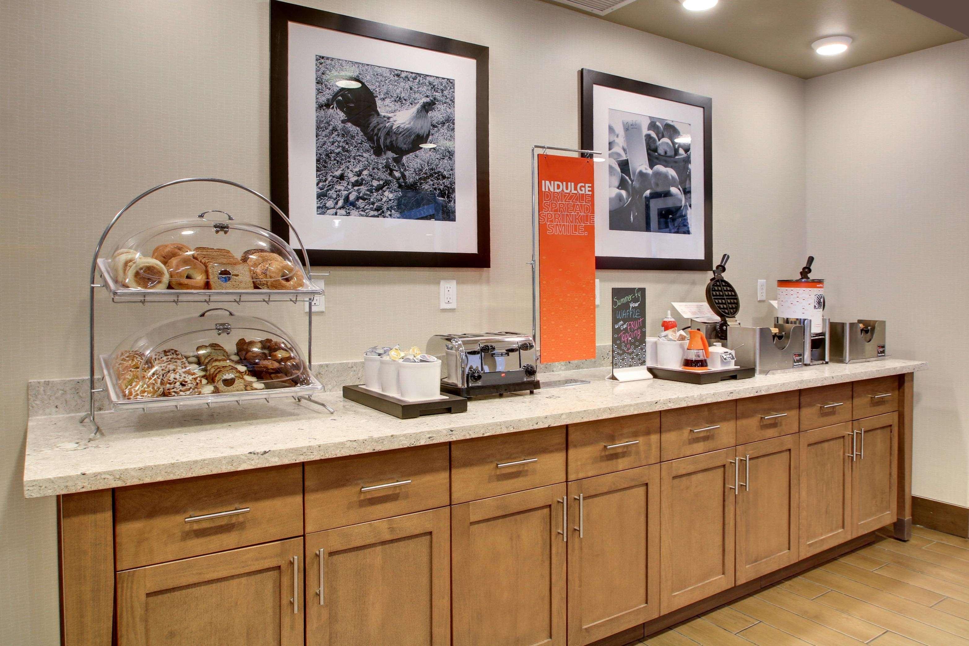 Hampton Inn & Suites Milwaukee West image 12