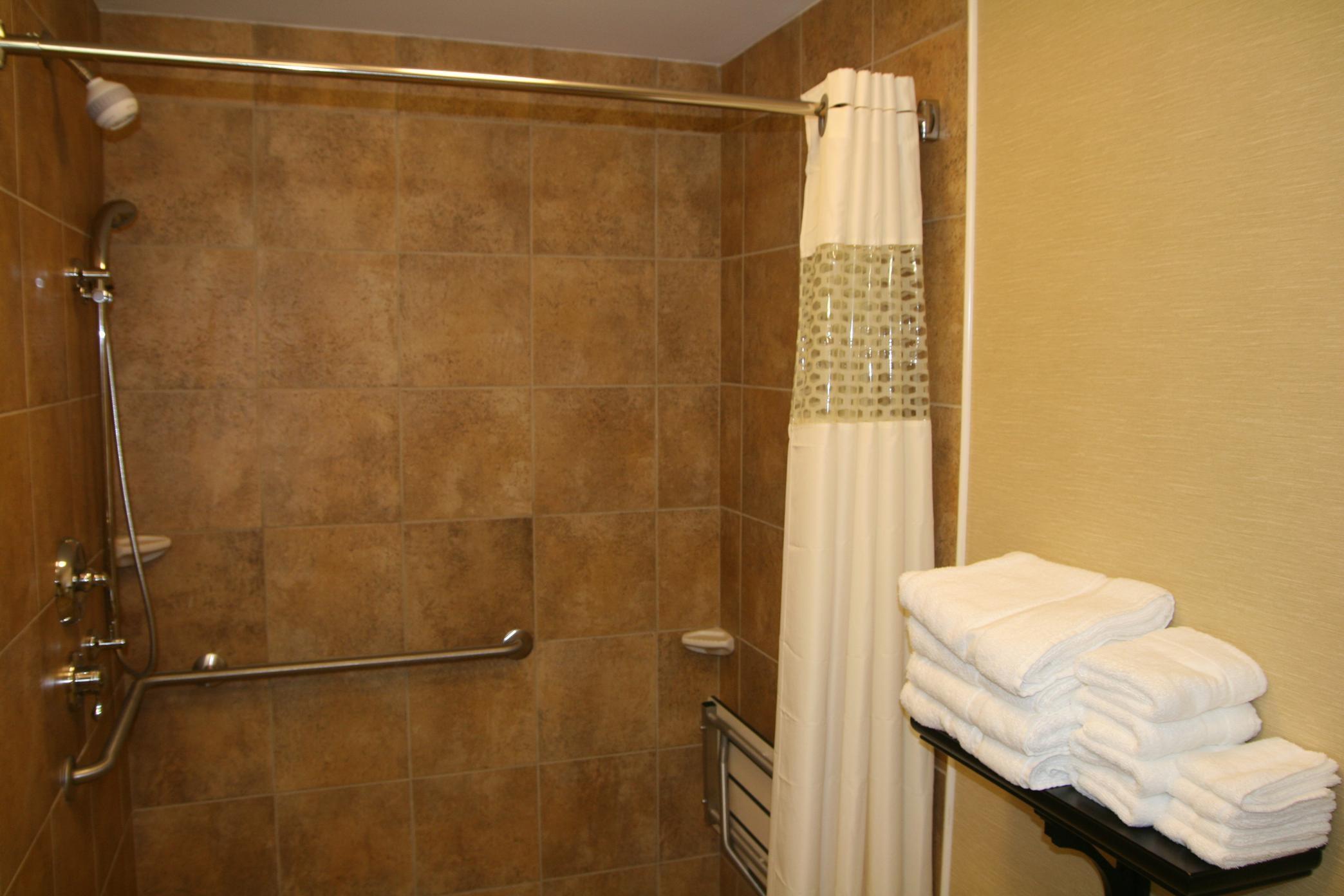 Hampton Inn & Suites Warren image 9