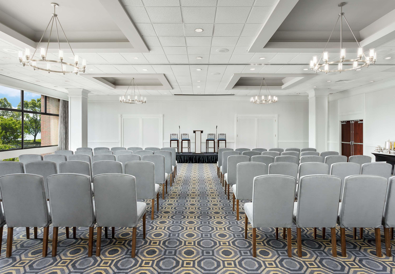 courtyard by marriott boston cambridge at 777 memorial. Black Bedroom Furniture Sets. Home Design Ideas