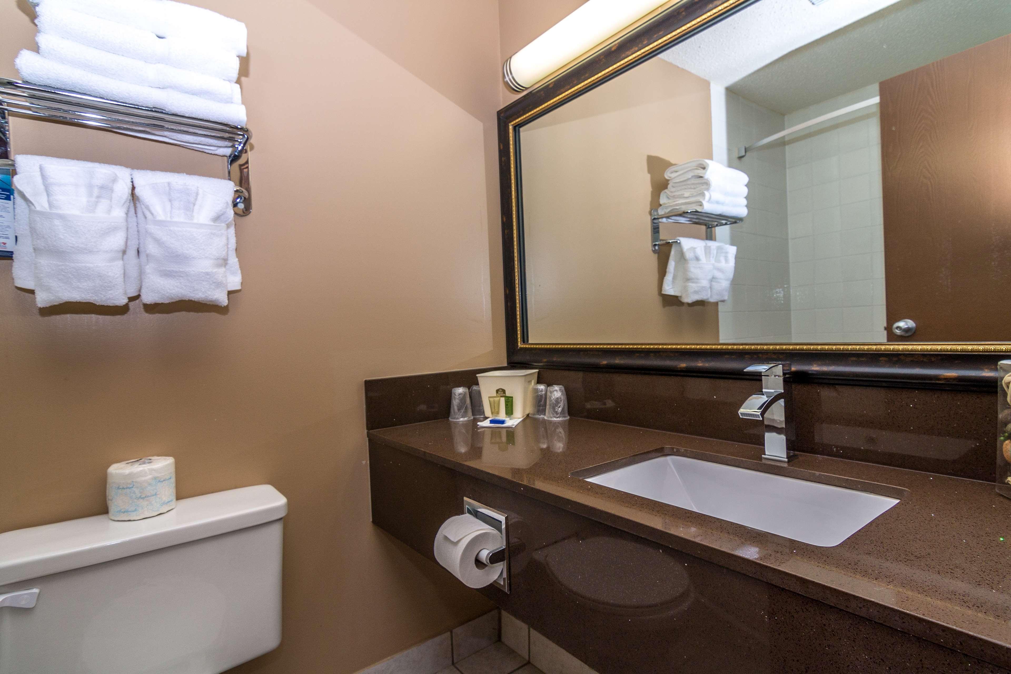 Best Western Marquis Inn & Suites in Prince Albert: Guest Bathroom