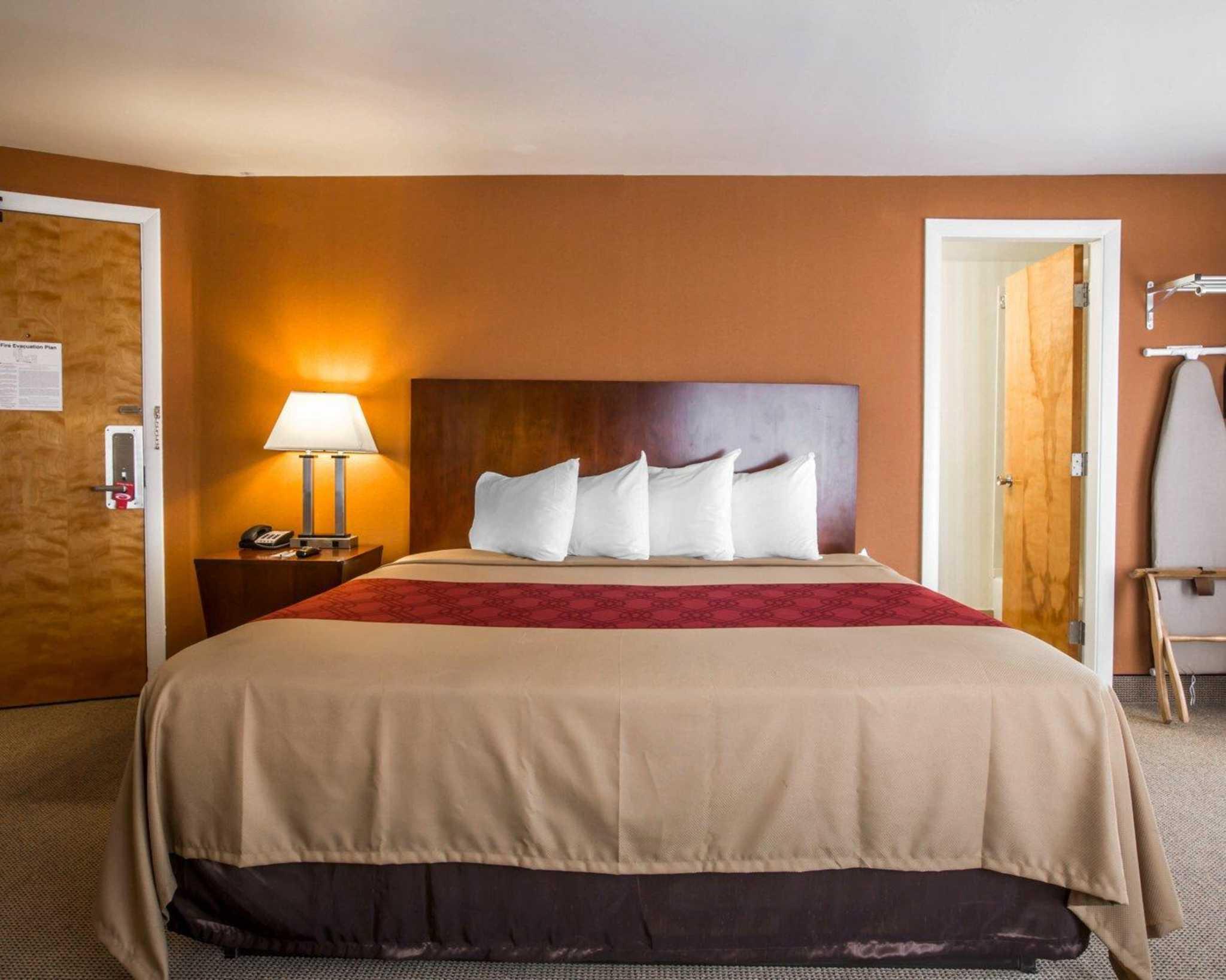 Econo Lodge Lakes Region image 19