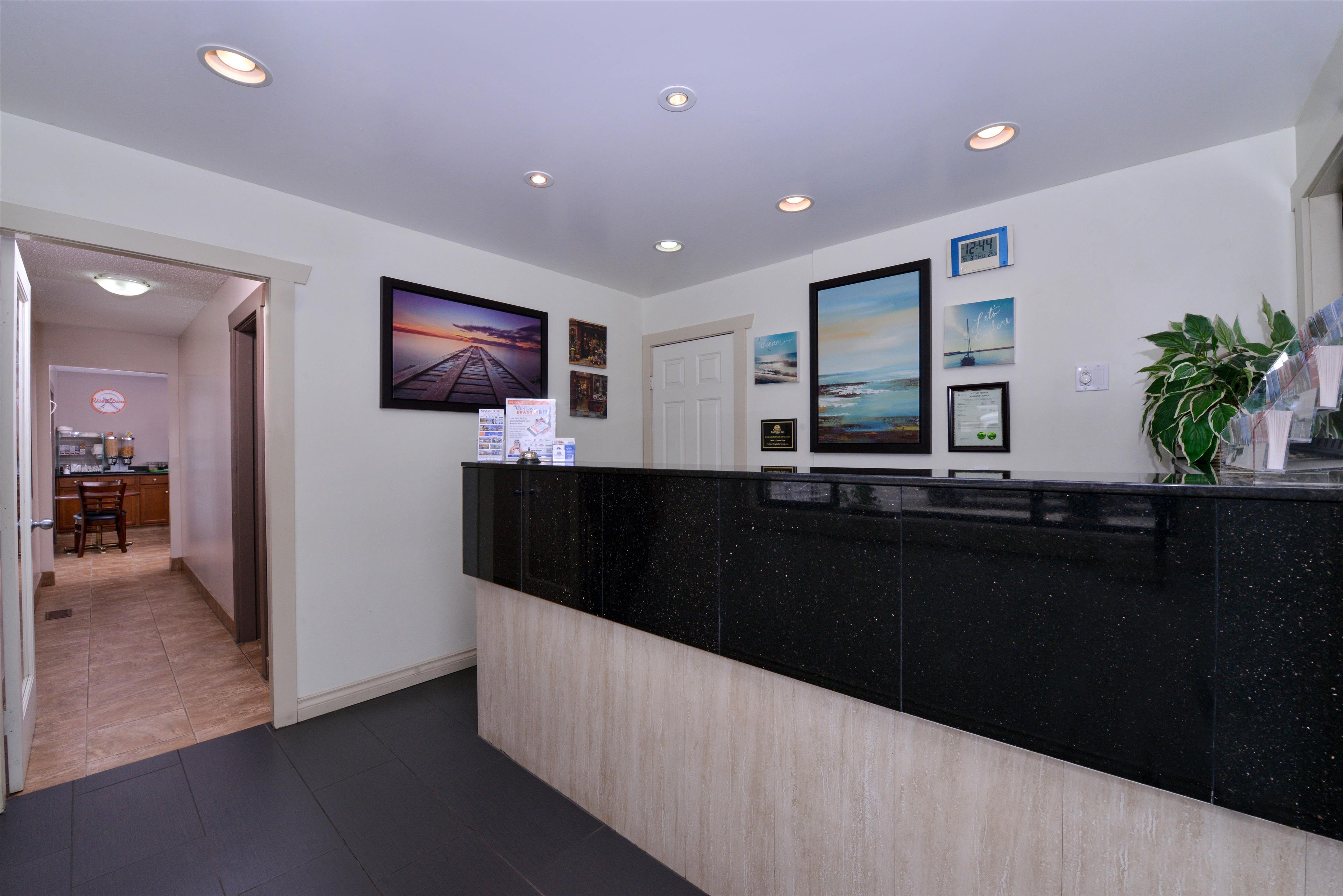 Canadas Best Value Inn & Suites in Vernon: Front Desk