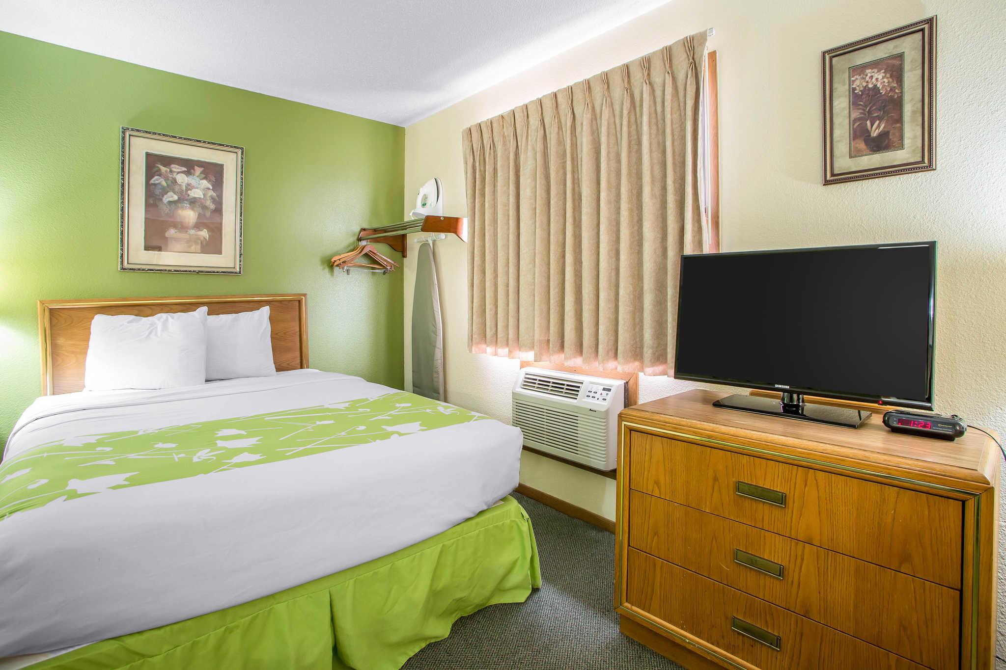 Econo Lodge  Inn & Suites image 16