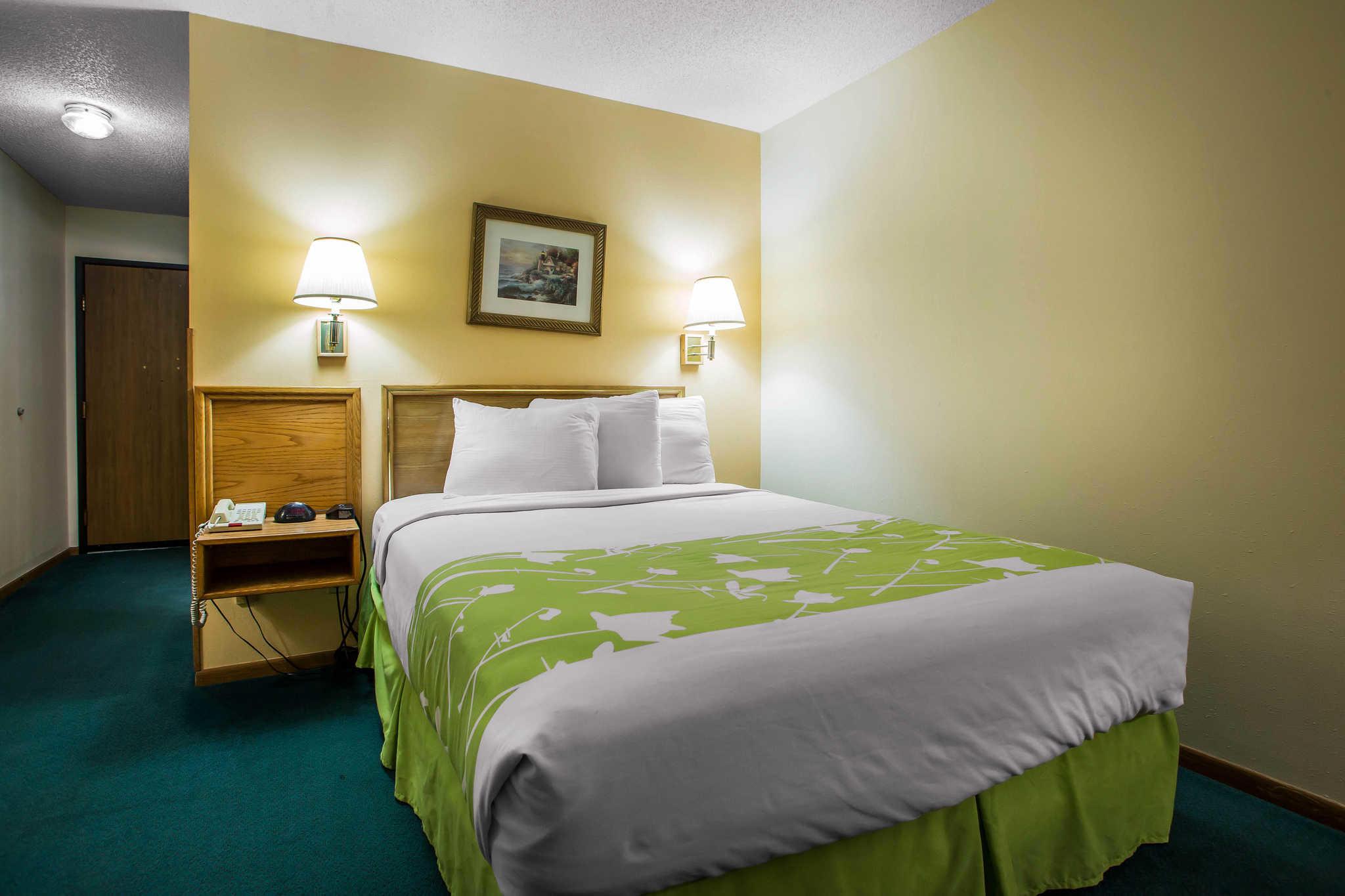 Econo Lodge  Inn & Suites image 8