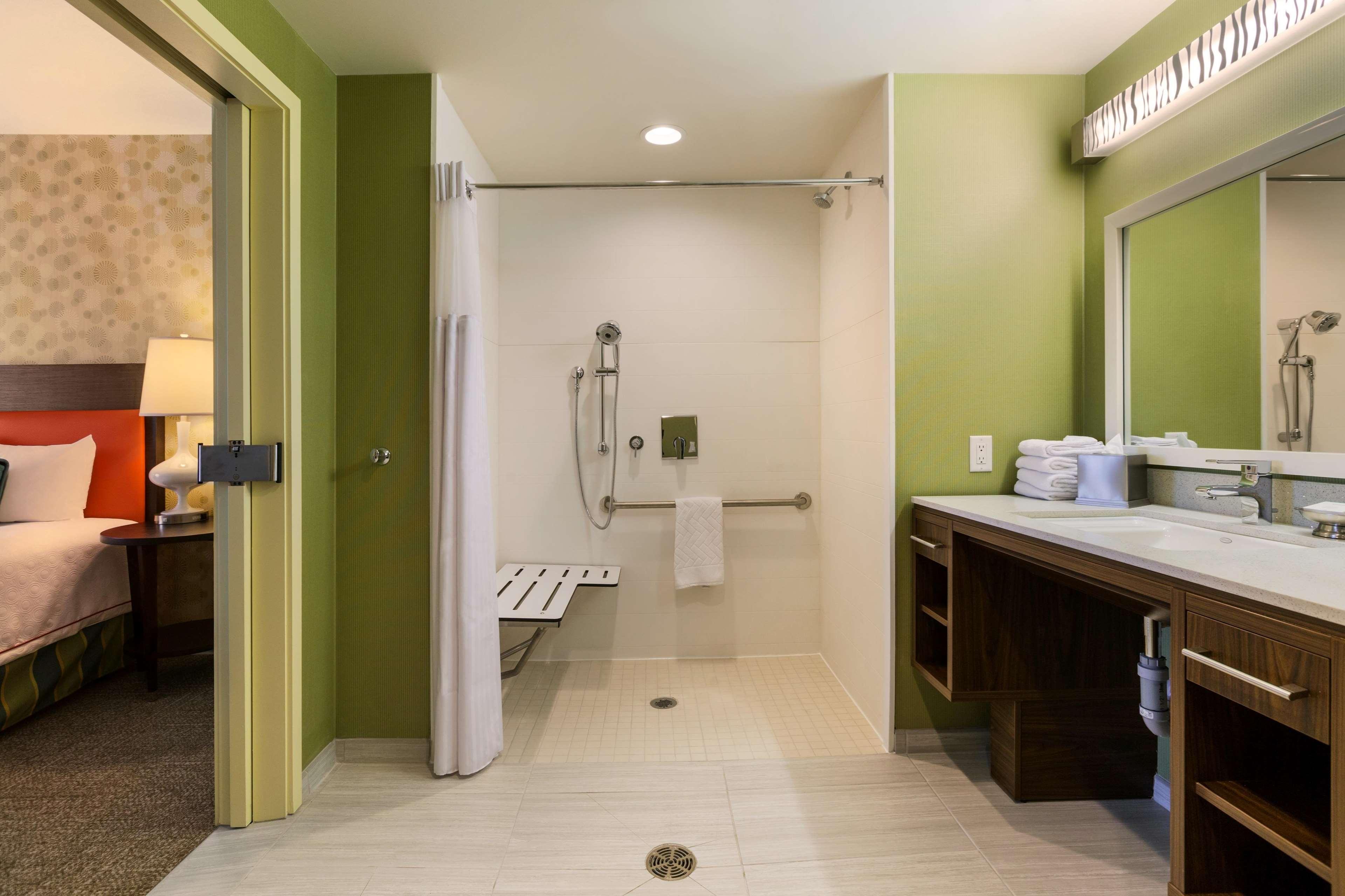 Home2 Suites by Hilton West Edmonton, Alberta, Canada à Edmonton: Accessible Bathroom Roll-in Shower