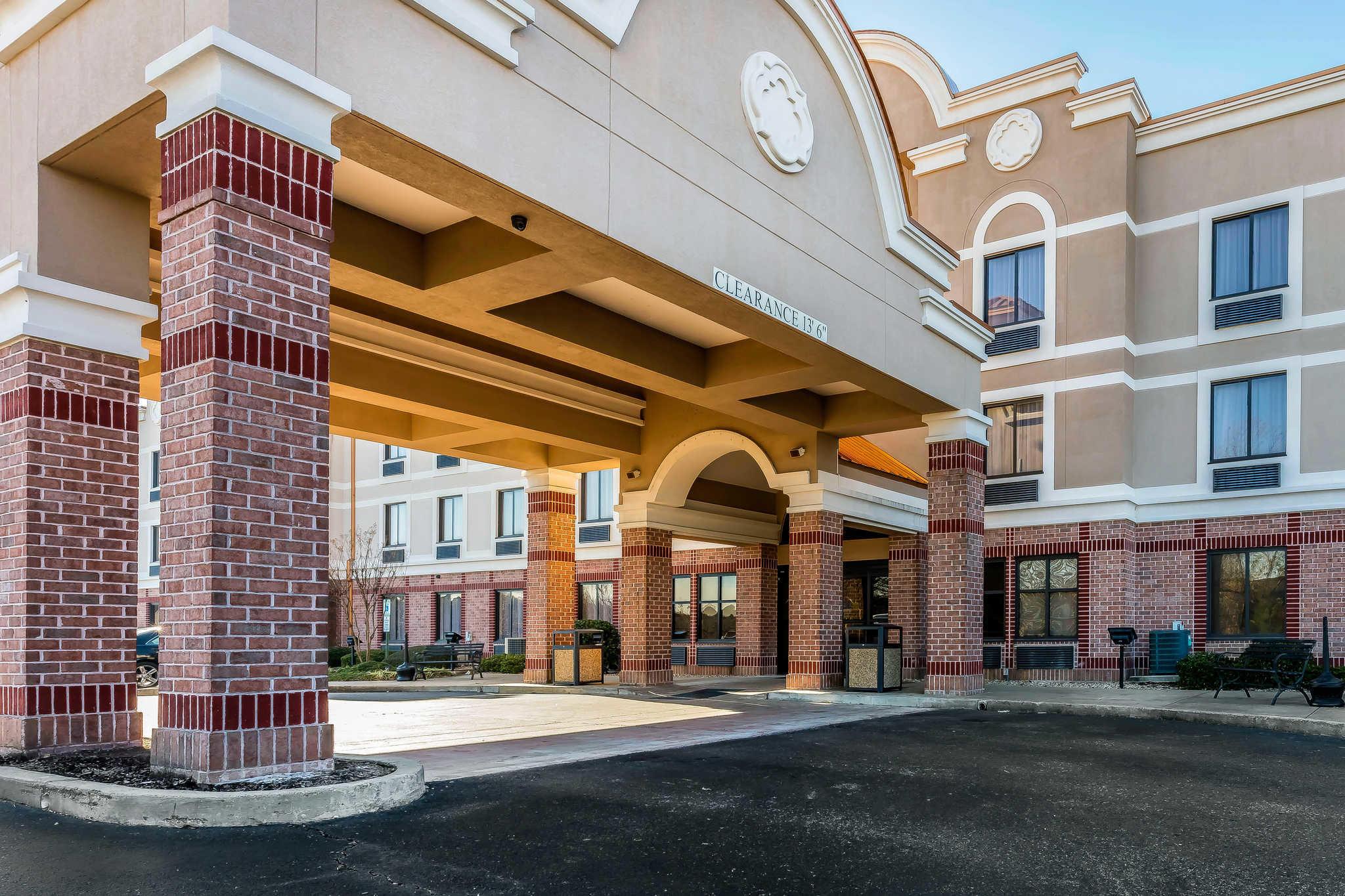 Comfort Inn & Suites Airport-American Way image 1