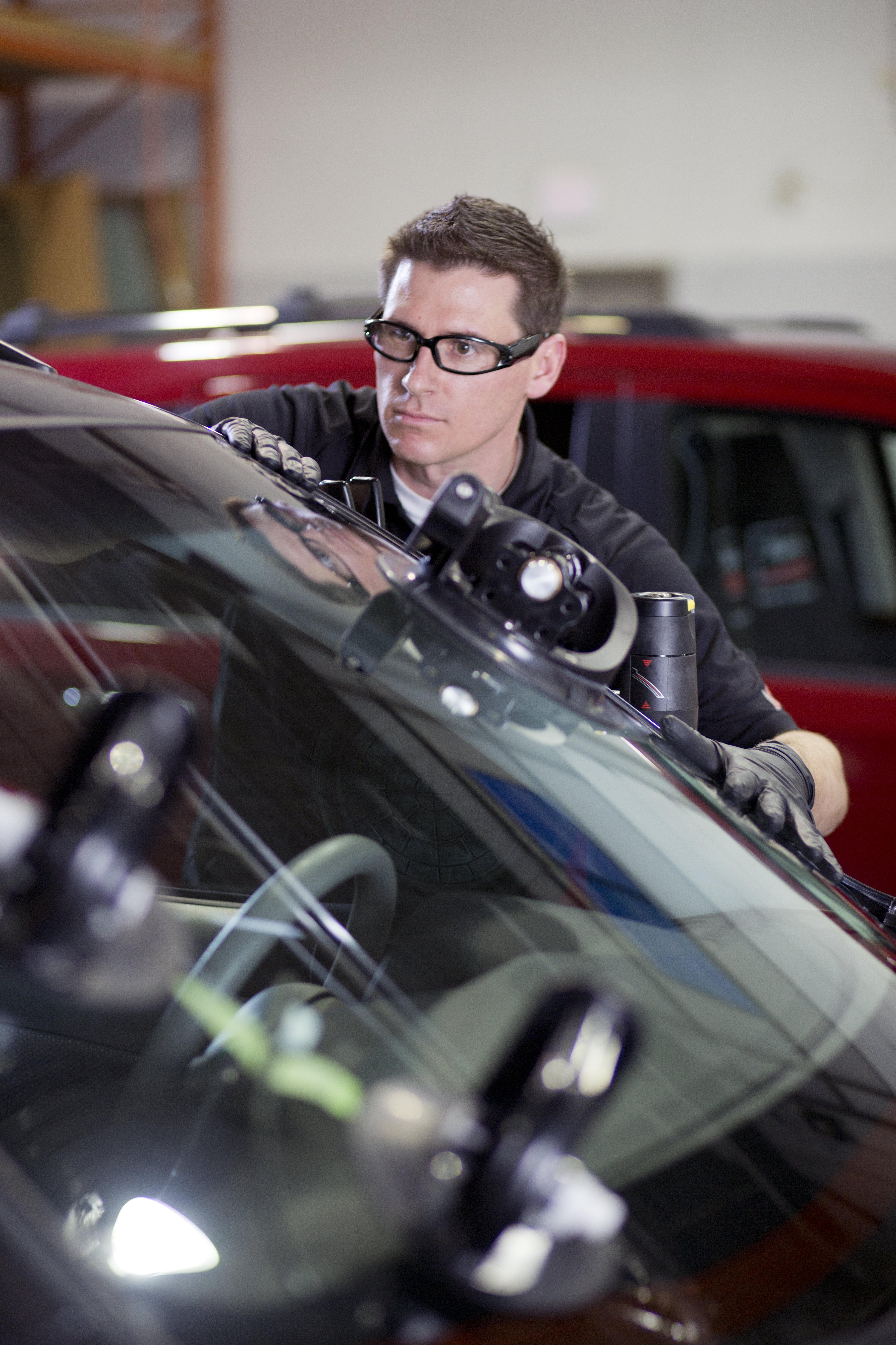 Lebeau Vitres d'autos à Lasalle: Étape finale d'un remplacement de pare-brise par un technicien Lebeau