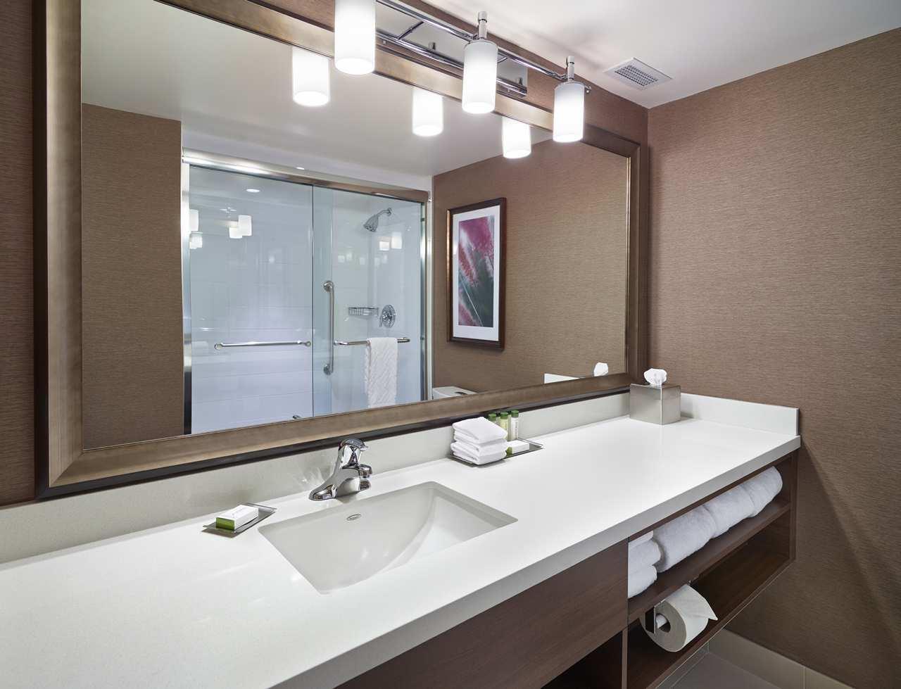 DoubleTree by Hilton Hotel West Edmonton in Edmonton: Standard Guest Bathroom