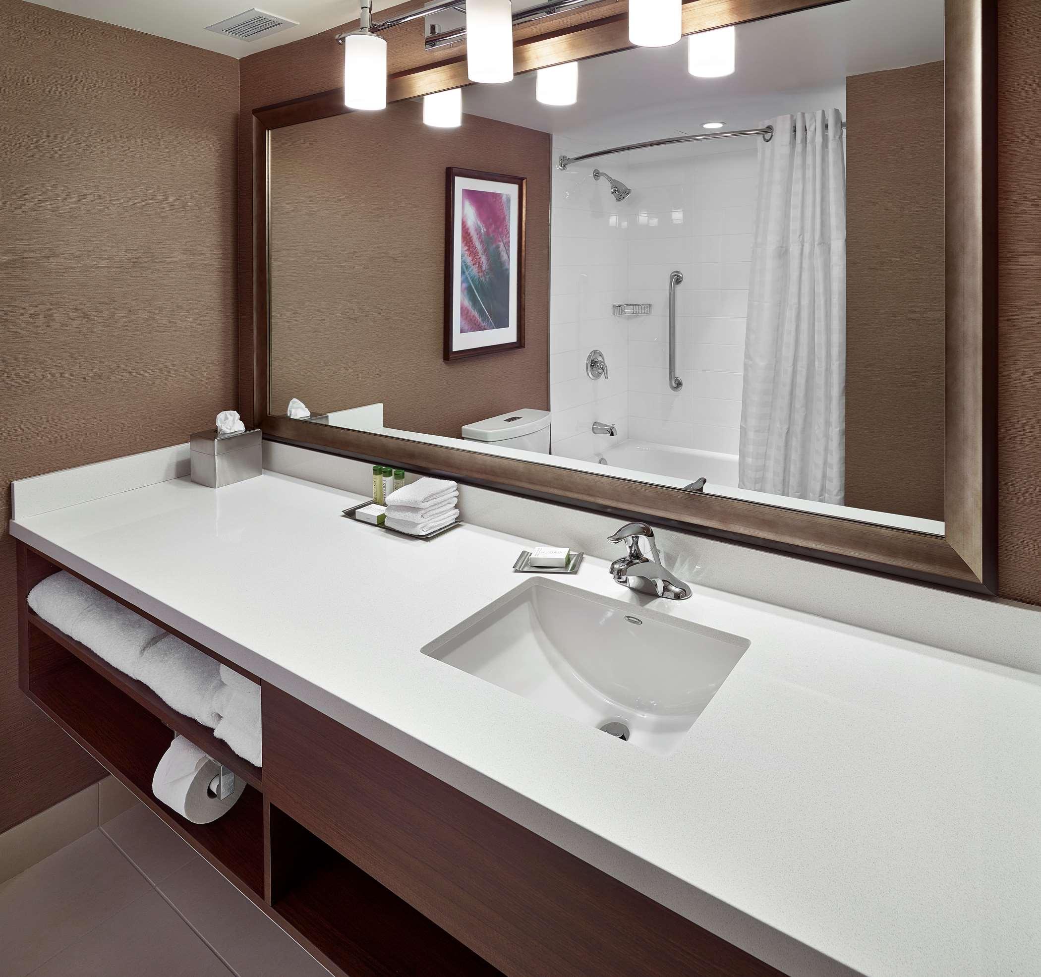 DoubleTree by Hilton Hotel West Edmonton in Edmonton: Guest room