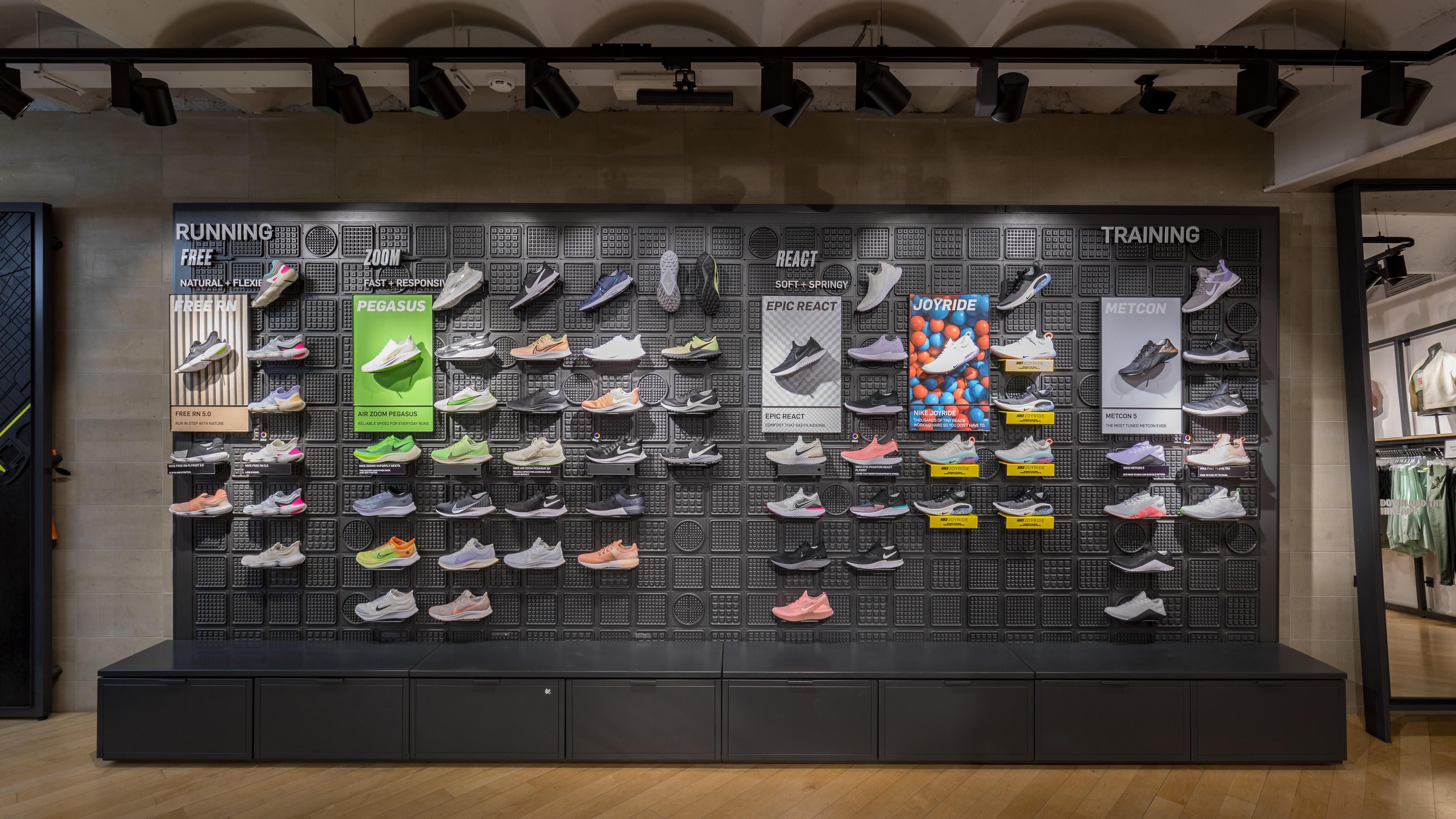 Parpadeo fe Poner a prueba o probar  Nike Store - Las Ramblas - Deportes Y Ocio: Artículos Y Ropas (Al Por Menor  Y Accesorios) en Barcelona (dirección, horarios, opiniones, TEL: 933015...)  - Infobel