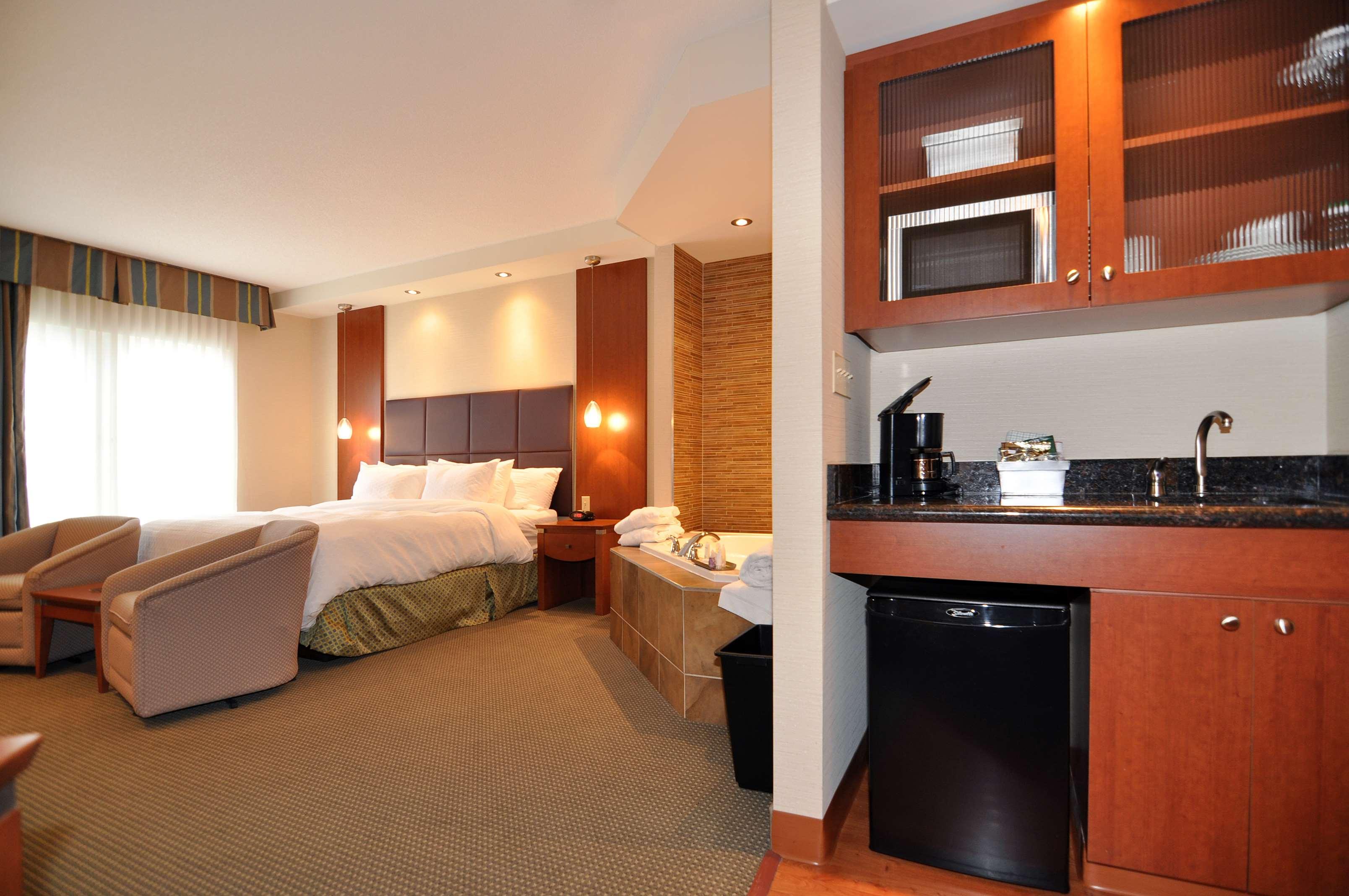 Whirlpool Guest Room Best Western Plus Orangeville Inn & Suites Orangeville (519)941-3311