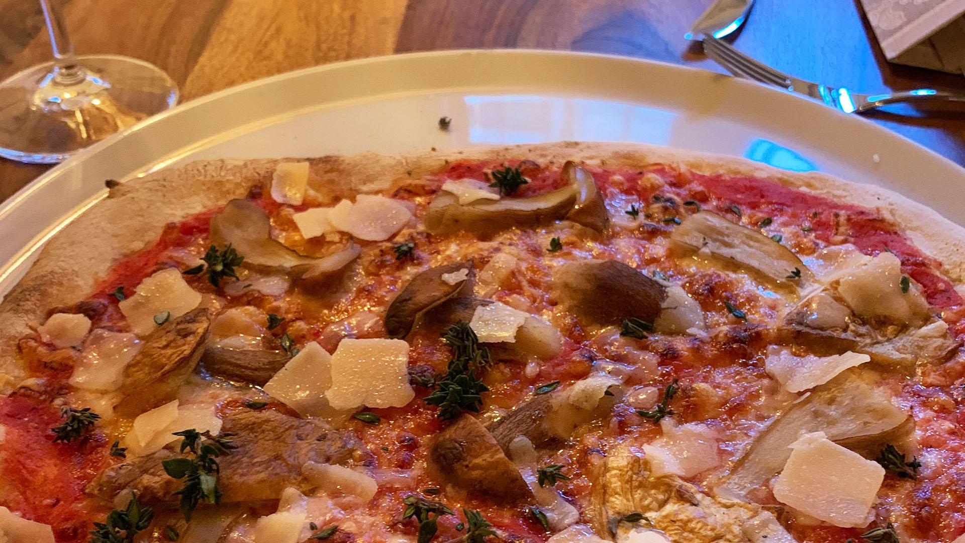 Pizza essen in Wangen Mit frischer Tomatensauce und hochwertigen Belägen backen wir unsere Pizzen frisch in unseren heißen Pizzaofen.   Eine kreative Küche liegt uns am Herzen und so lassen wir uns immer wieder von verschiedenen Zutaten inspirieren. Gerad