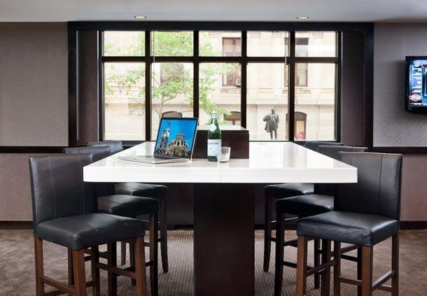 Center City Philadelphia Hotel - Residence Inn by Marriott Philadelphia Center City - Communal Table