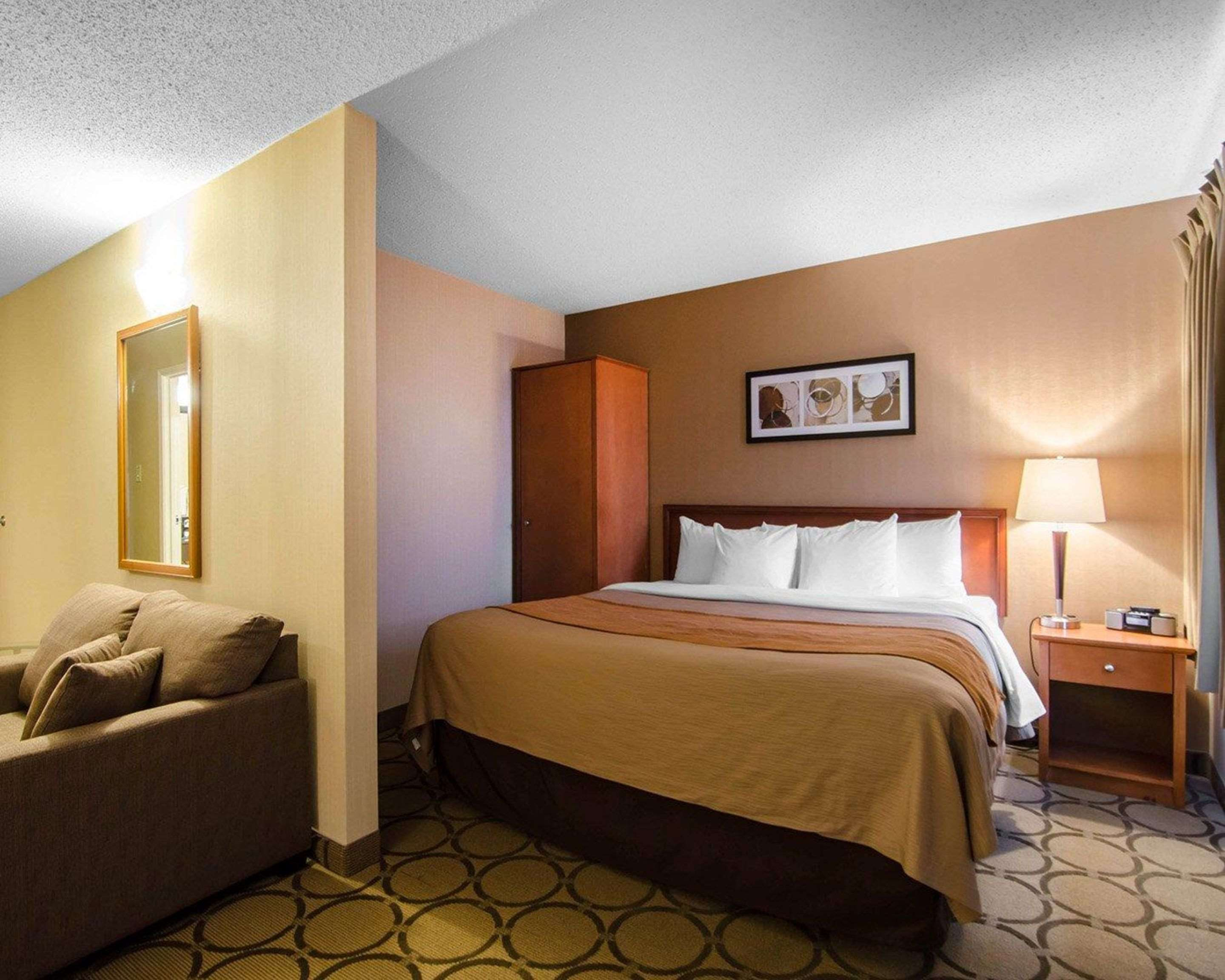Comfort Inn in Saskatoon: Guest room with king bed