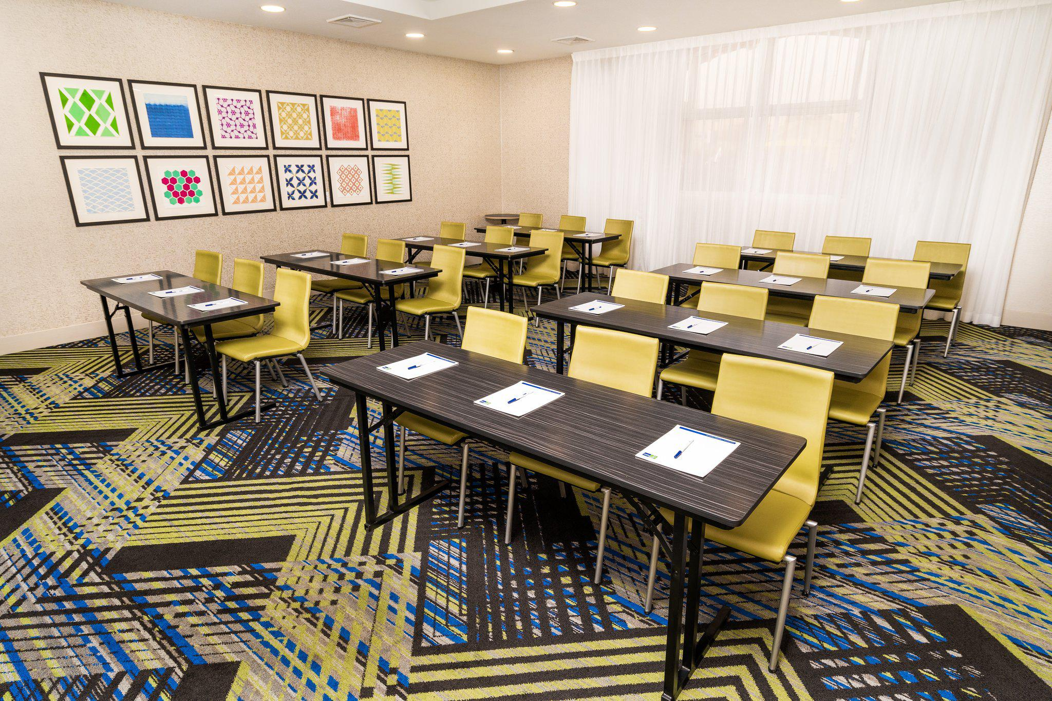 Holiday Inn Express & Suites Las Vegas SW – Spring Valley