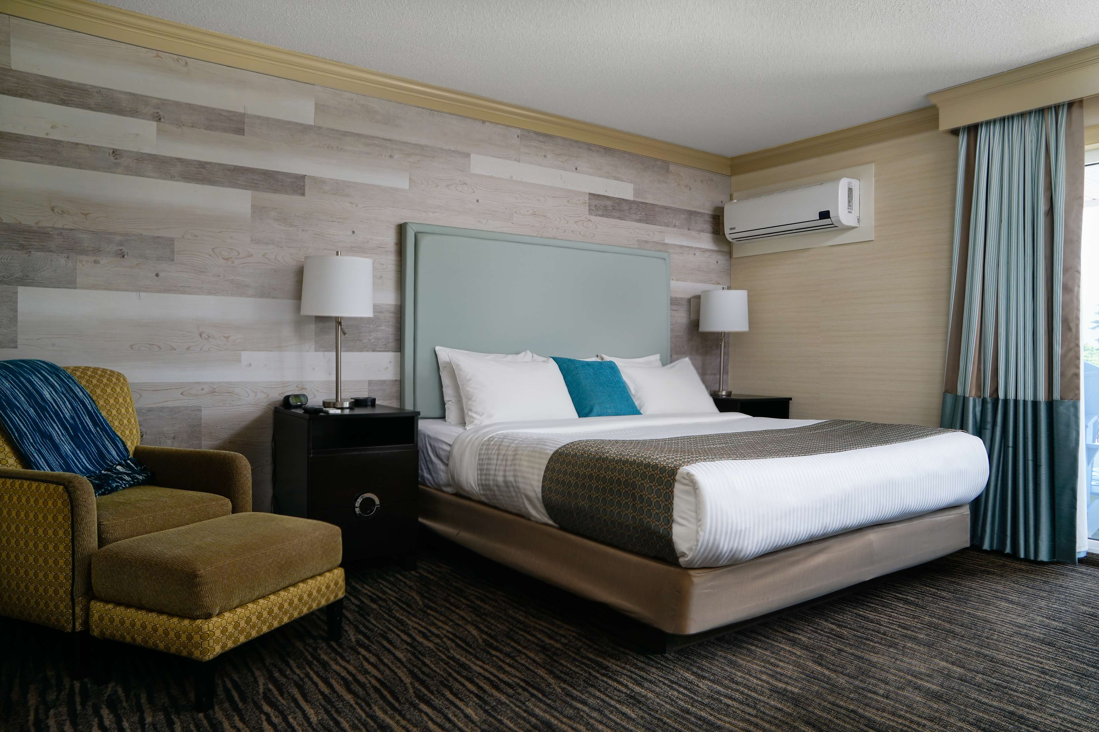 Prestige Beach House, BW Premier Collection in Kelowna: One King Guest Room
