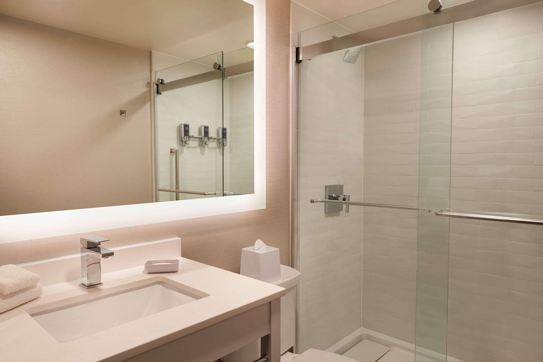 Bathroom Comfort Inn Sarnia (519)383-6767
