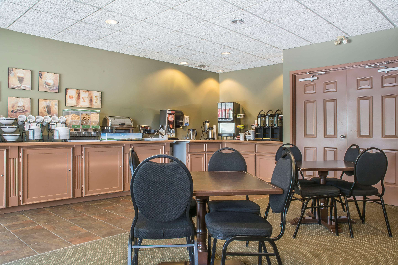 Breakfast area Comfort Inn Sarnia (519)383-6767