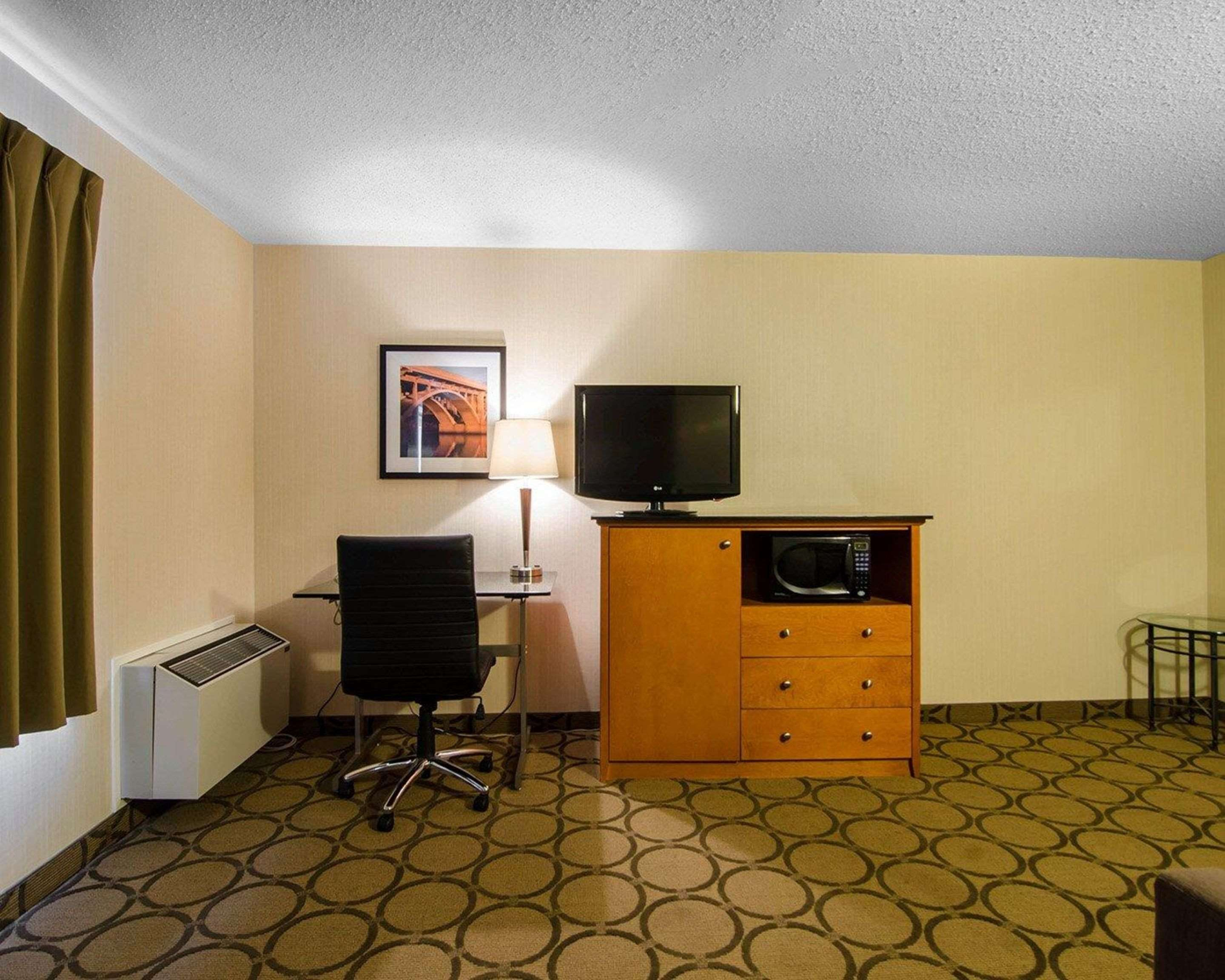 Comfort Inn in Saskatoon: Guest room with desk area
