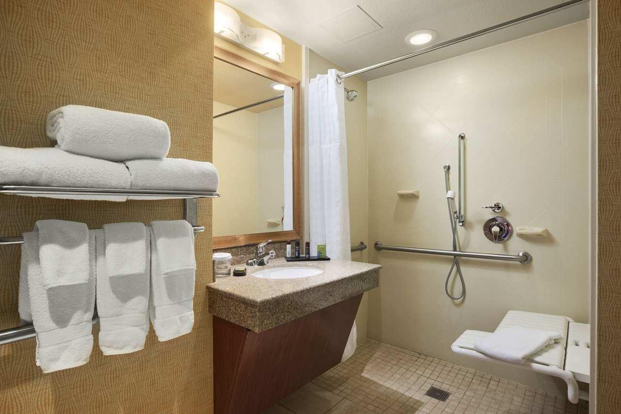 Embassy suites by hilton east peoria riverfront hotel for Bathrooms plus peoria il