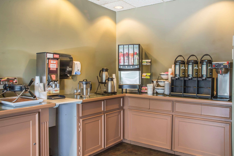 Breakfast counter Comfort Inn Sarnia (519)383-6767