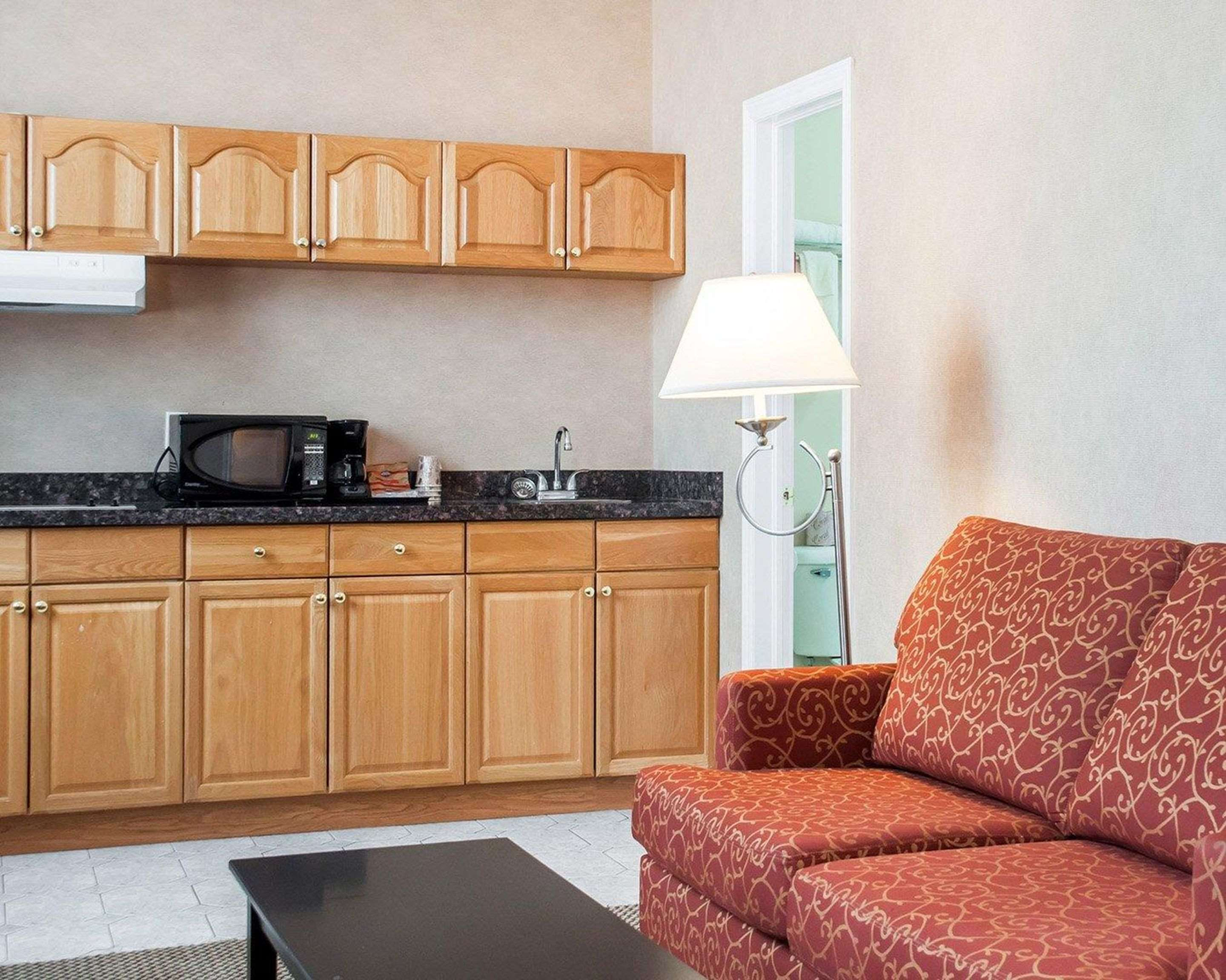 Spacious suite with kitchen area Econo Lodge Woodstock (519)533-6066