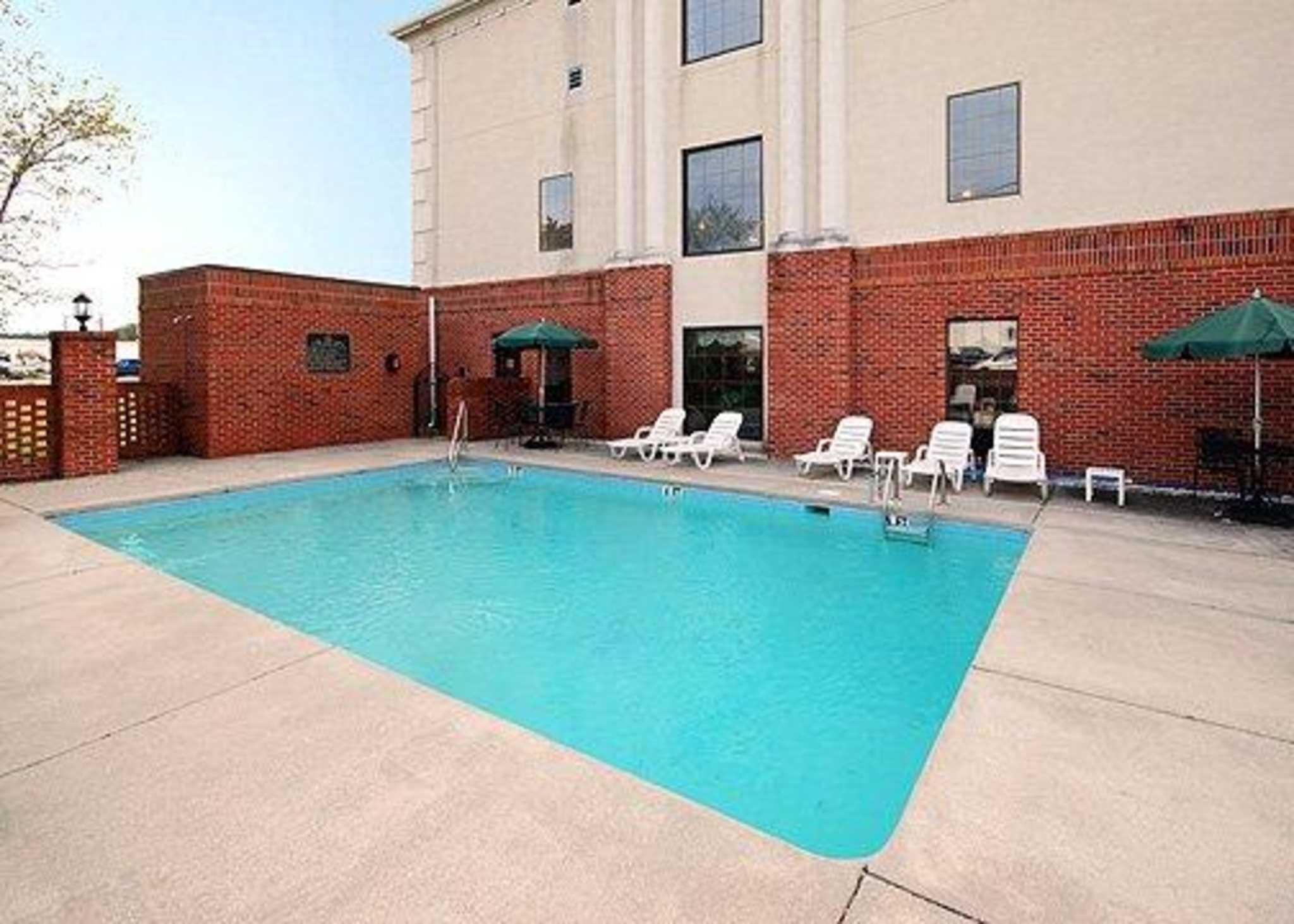 suites stay photo comforter lion comfort lodging redlion red hotels inn visit mcminnville