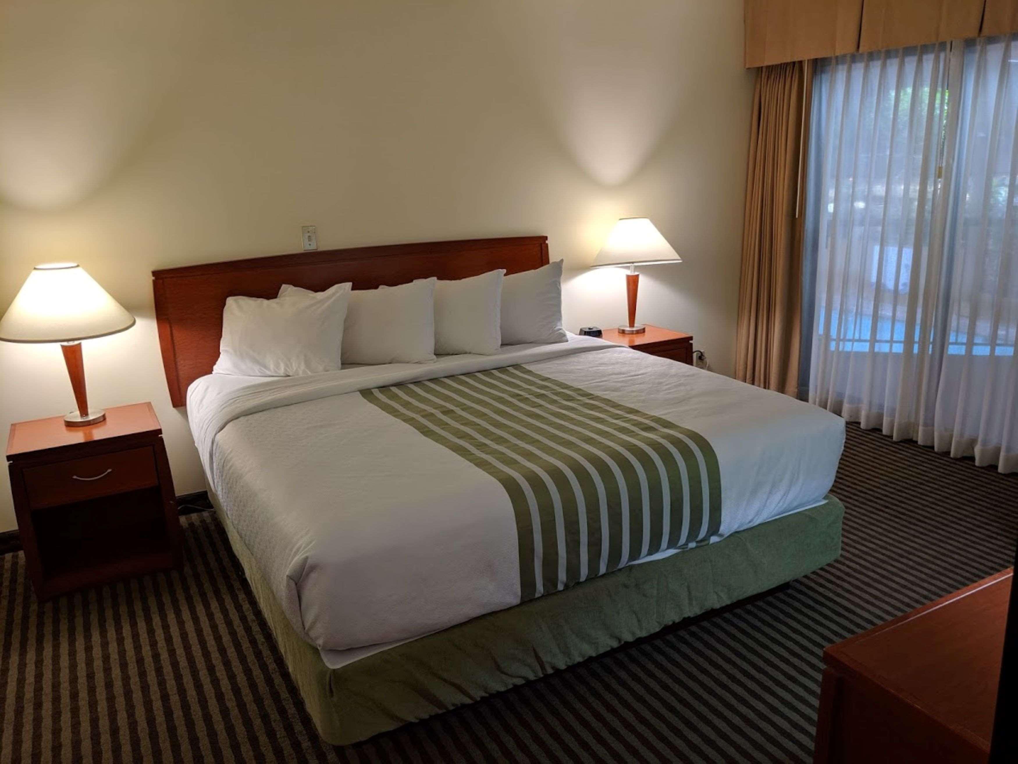 Surestay Hotel By Best Western Chilliwack in Chilliwack: King Suite Atrium Bedroom