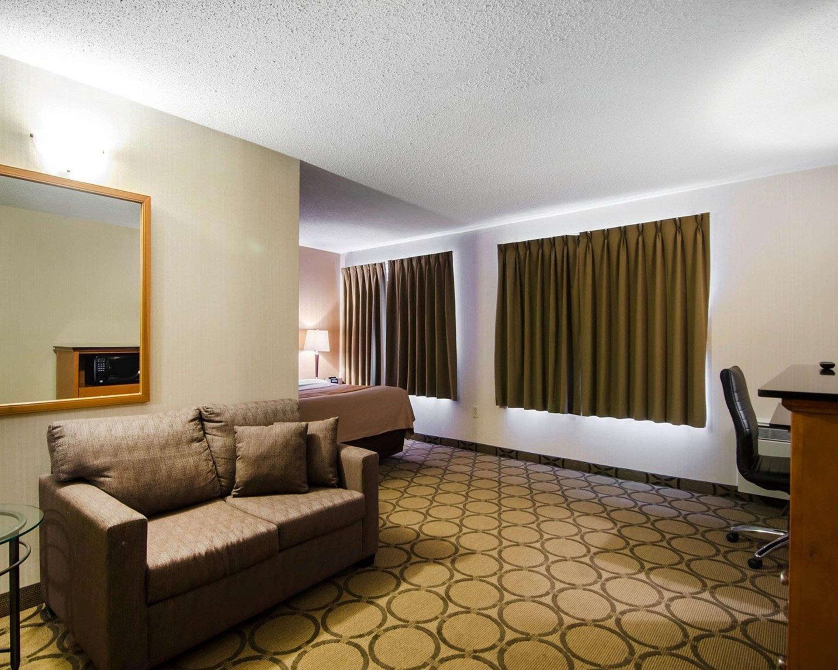 Comfort Inn in Saskatoon: Guest room with sofa sleeper