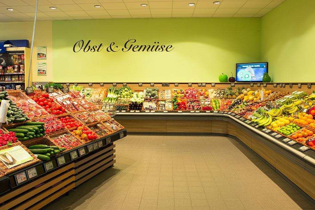 Obst & Gemüse-Abteilung Frisches Obst und knackiges Gemüse liegen uns ganz besonders am Herzen. Wir achten auf die Regionalität unserer Lebensmittel und stellen unsere Auswahl täglich individuell zusammen. Kurze Lieferwege und minimale Lagerzeiten zeichne