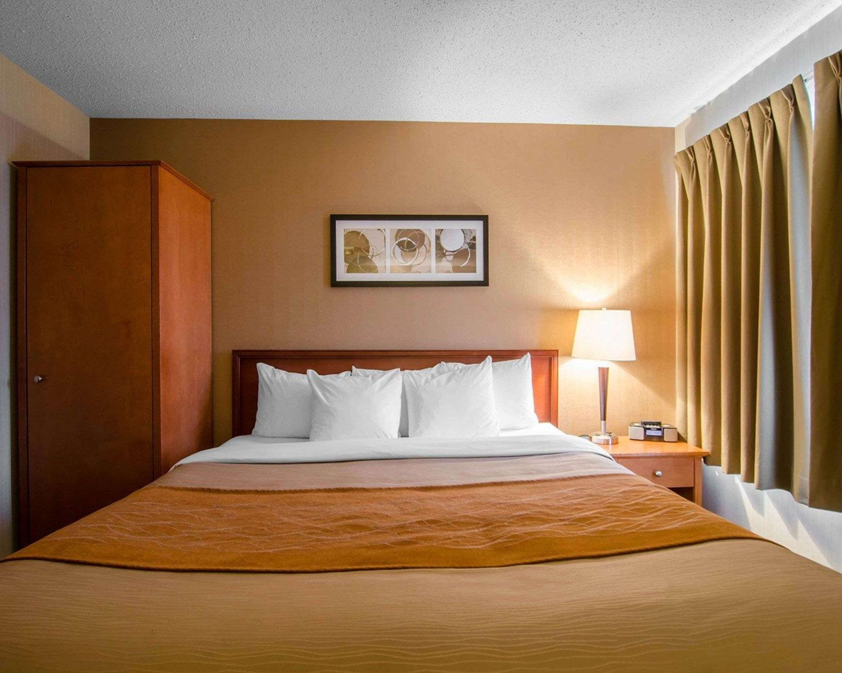 Comfort Inn in Saskatoon: Guest room with queen bed