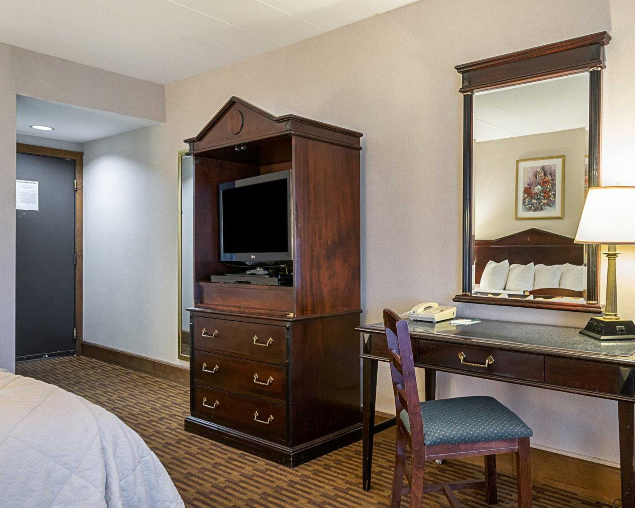 Quality Inn Amp Suites Skyways New Castle Delaware De