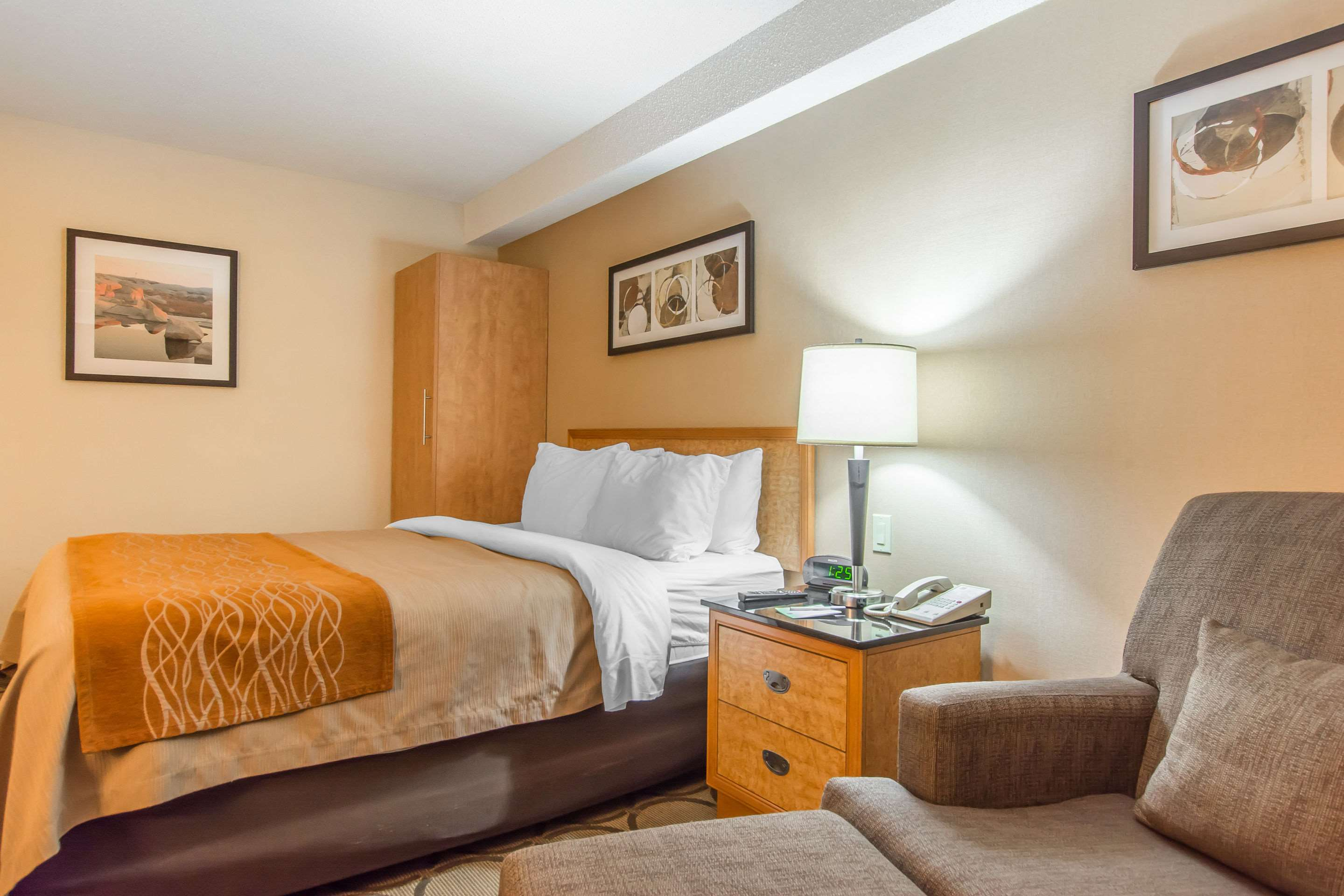 Comfort Inn Magnetic Hill in Moncton: Guest room with one queen bed ground floor