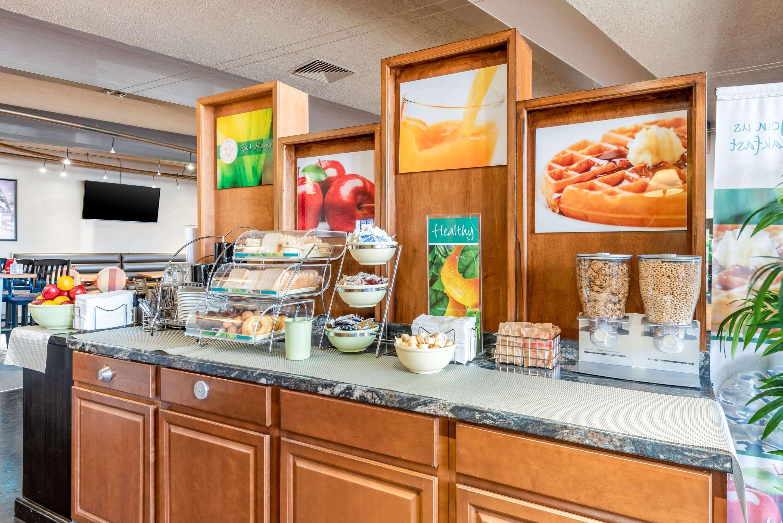 Breakfast counter Quality Inn Sarnia (519)344-1157