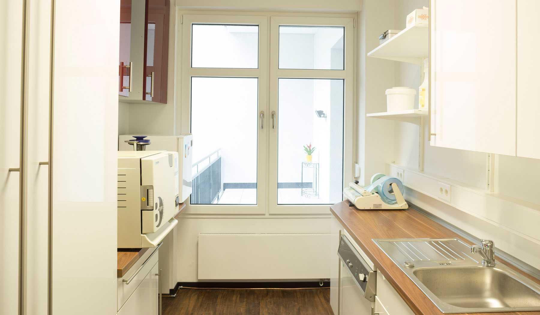 Wir richten Ihre Sterilisations- und Laborräume komplett ein – inklusive aller Geräte. Passend dazu erhalten Sie von SHR alle benötigten Verbrauchsmaterialien.