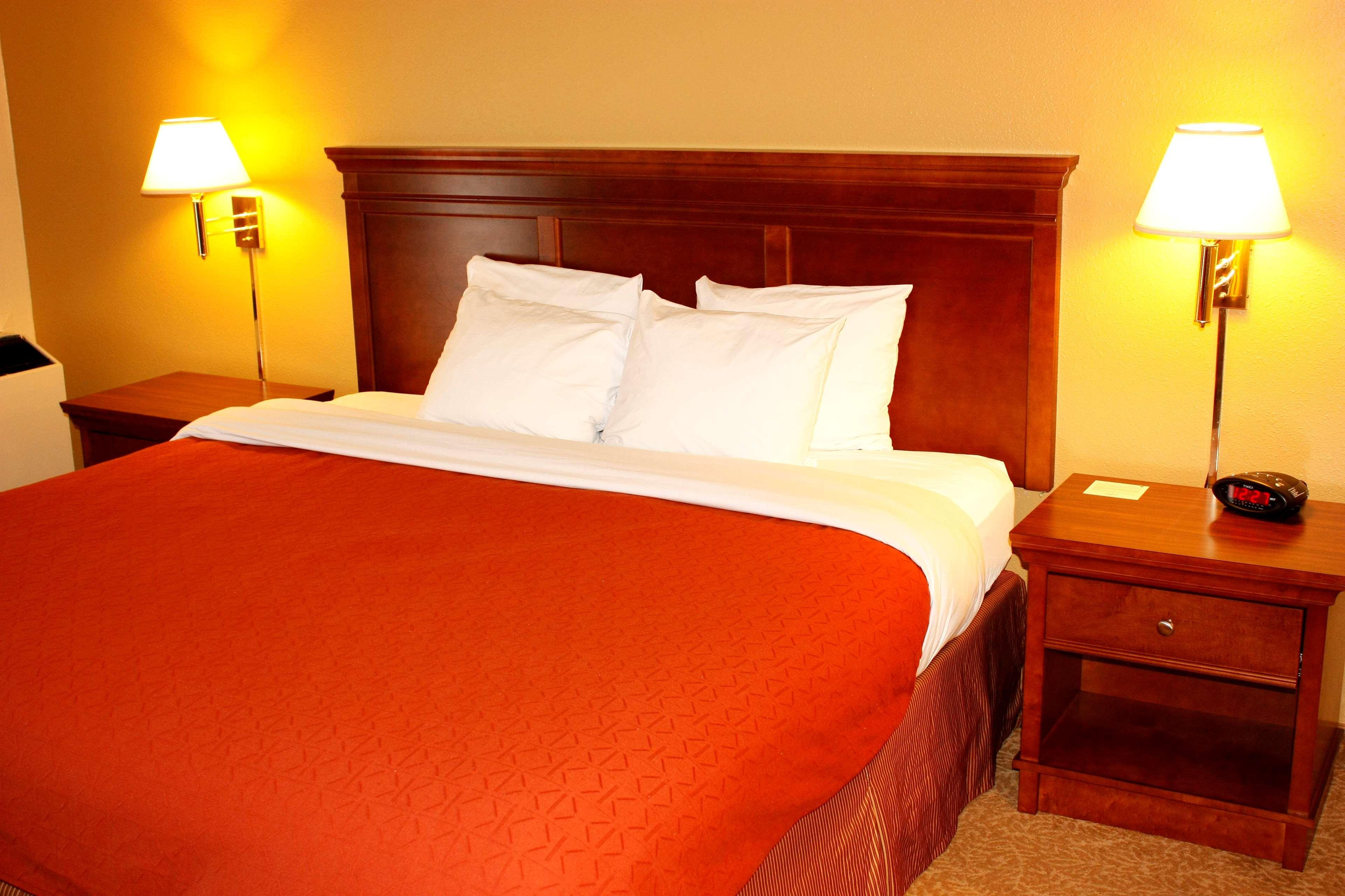 Country Inn & Suites by Radisson, Saskatoon, SK in Saskatoon: King Bed-First Floor
