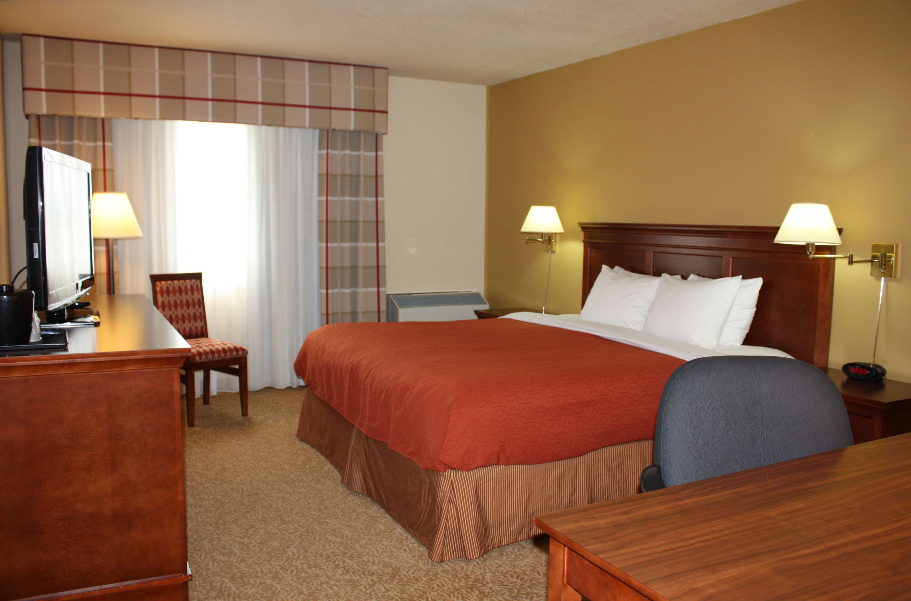 Country Inn & Suites by Radisson, Regina, SK in Regina: King Bed