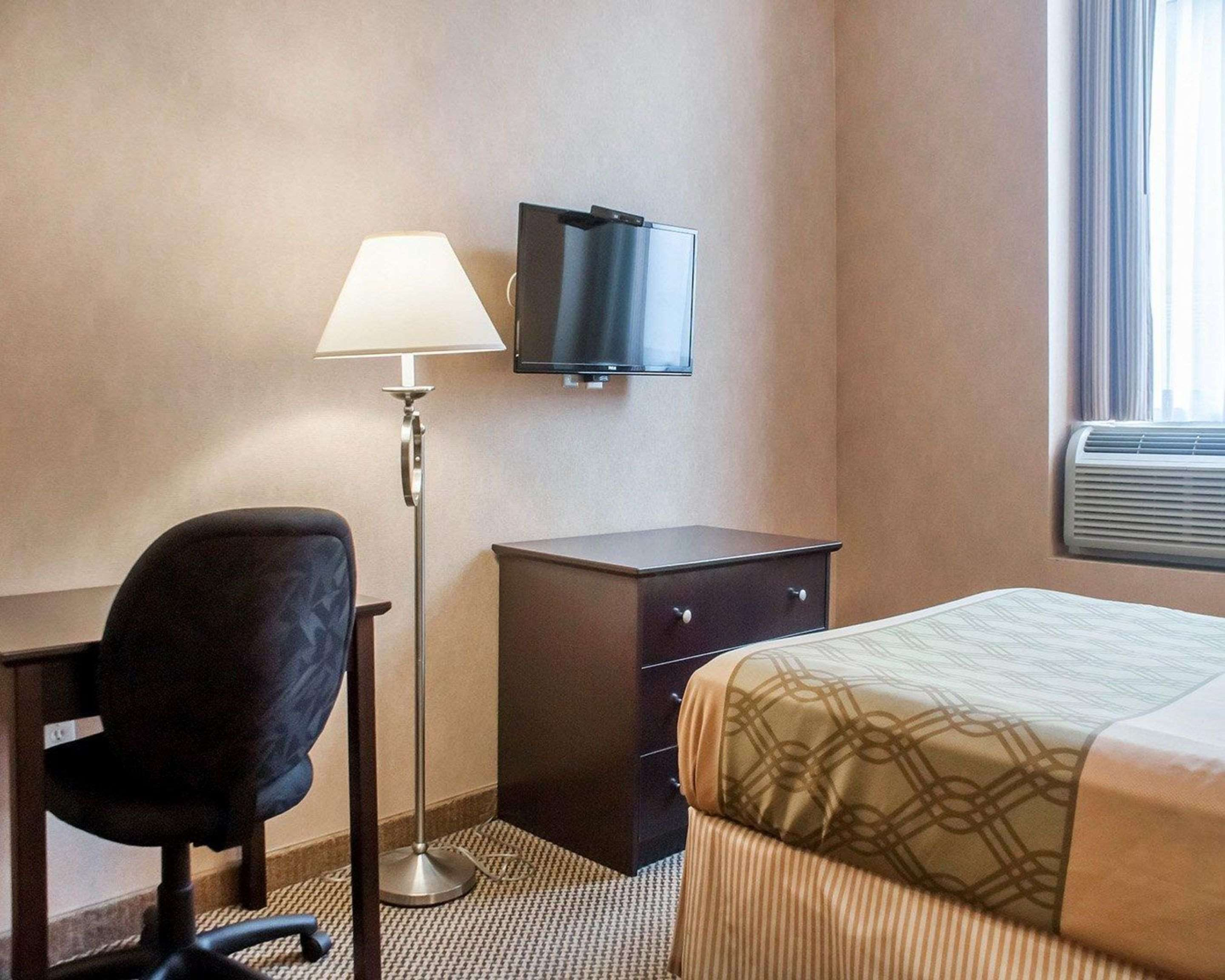 Guest room with desk area Econo Lodge Woodstock (519)533-6066
