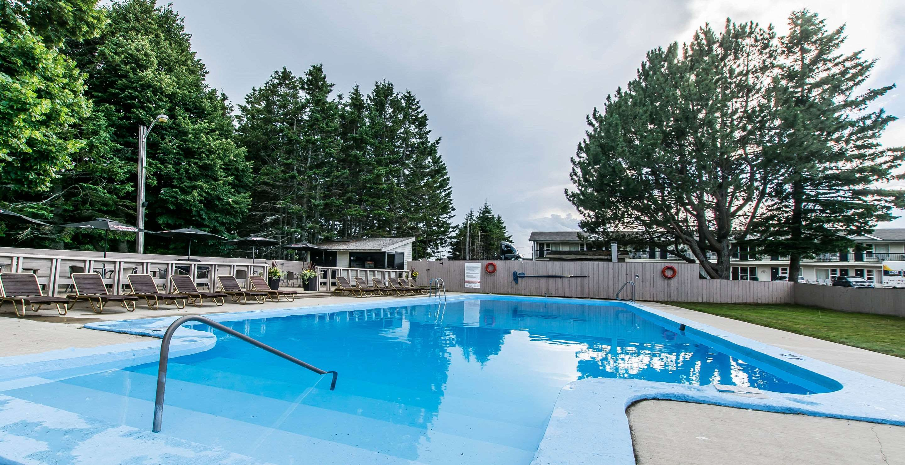 Quality Inn & Suites Garden Of The Gulf in Summerside: Outdoor pool