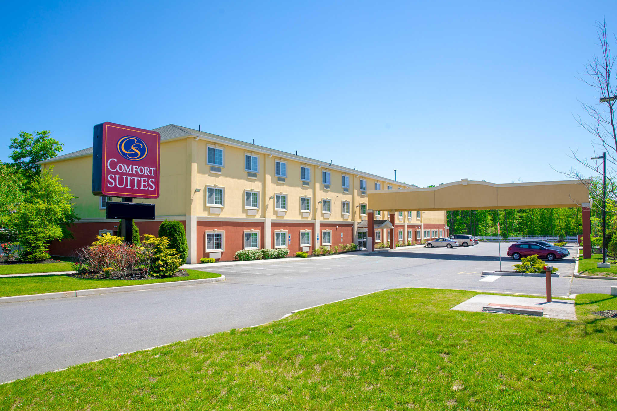 A motel is a hotel designed for motorists and usually has a parking area for motor narmaformcap.tkng dictionaries after World War II, the word motel, coined as a portmanteau contraction of