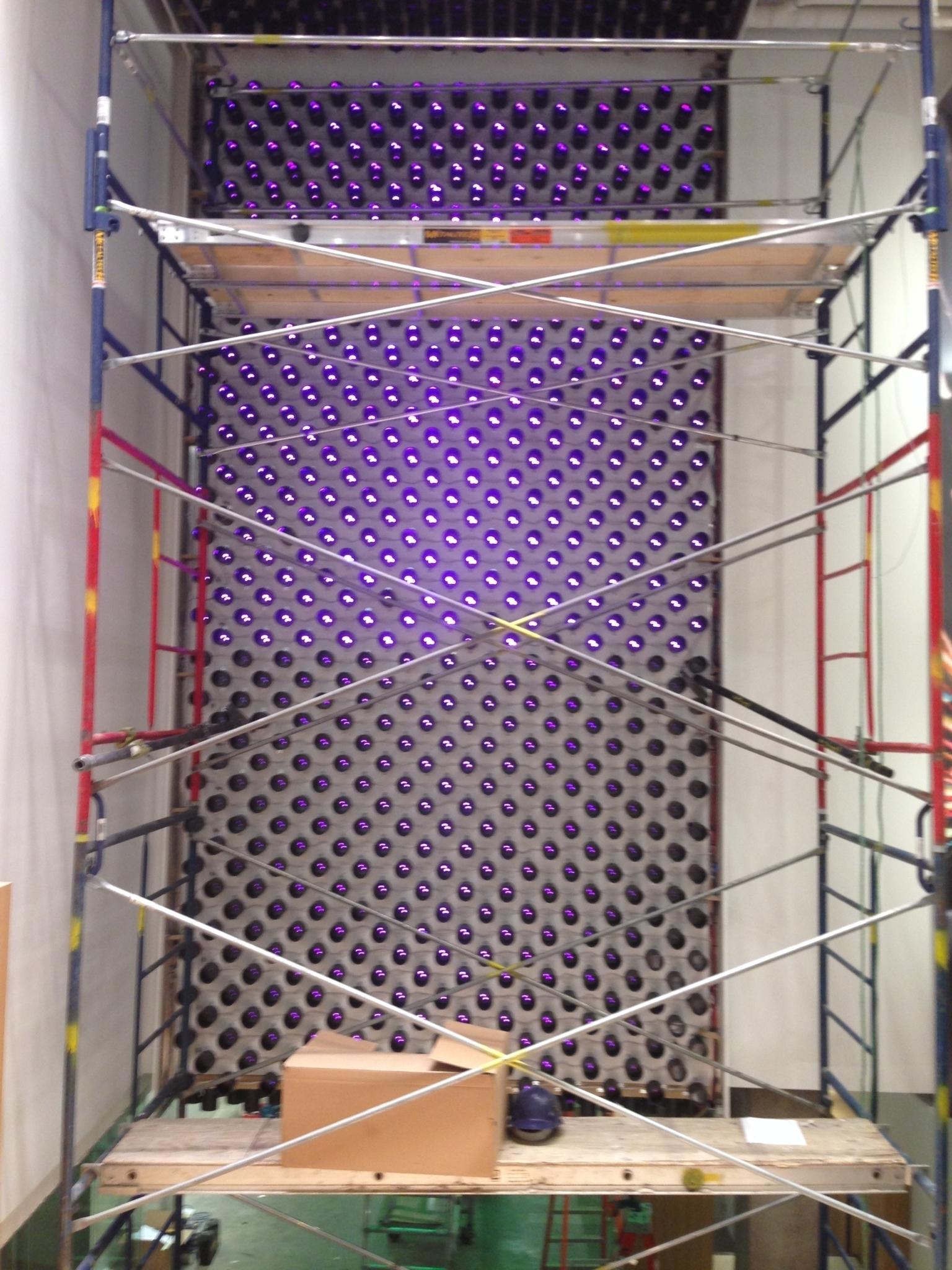 E-lite inc à Montréal: Installation d'un projet architectural en DEL Pixel. Réparti sur deux étages pour une longeur de 60 pieds nous avons soigneusement placé 2063 Del avec leurs accessoires le tout recouvert d'un toile tendue translucide. Pour effet unique.Projet Artopex