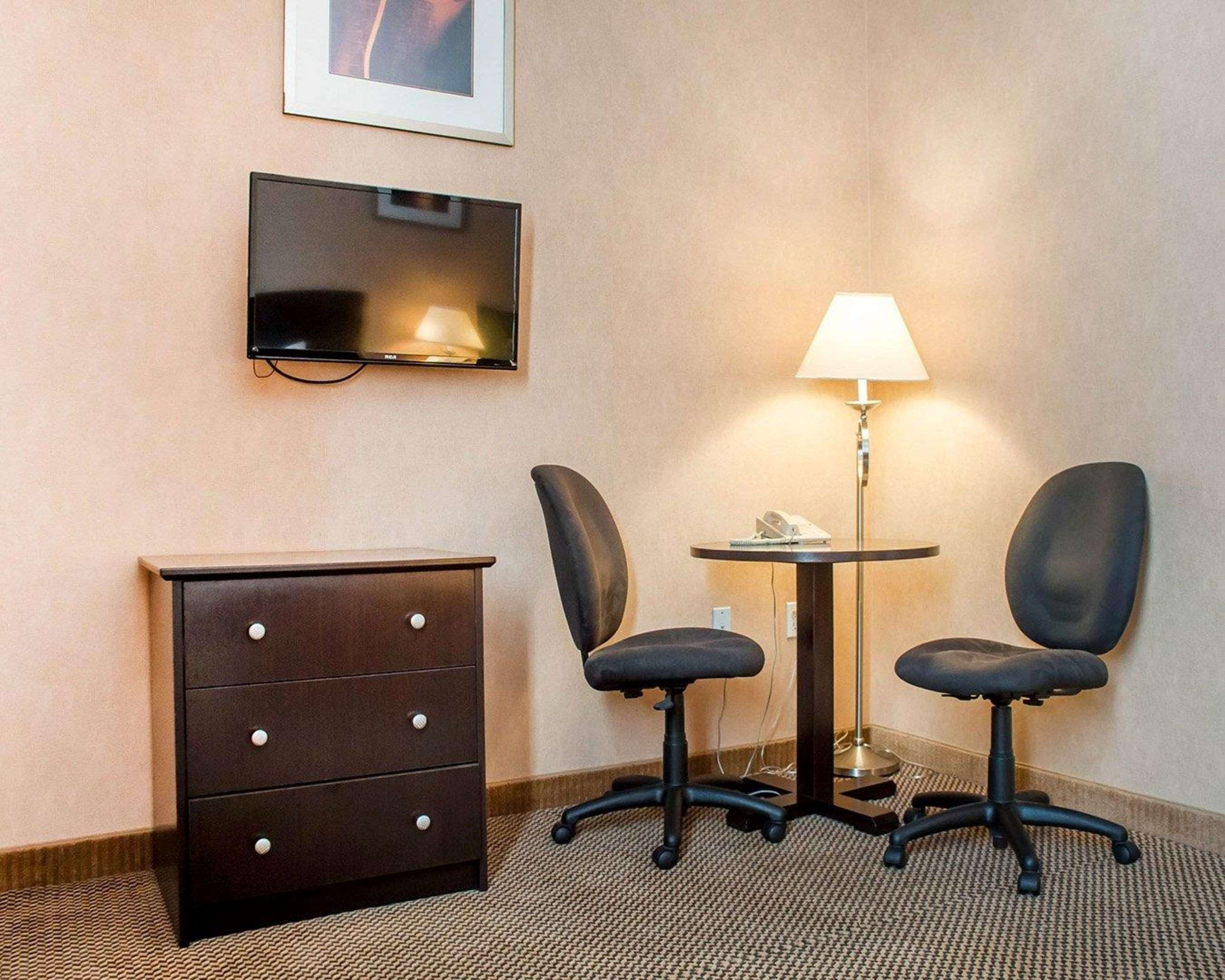 Guest room with added amenities Econo Lodge Woodstock (519)533-6066