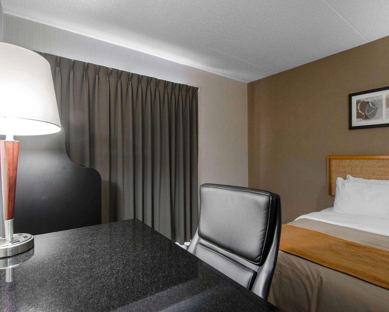 Comfort Inn in Prince Albert: Guest room with desk area