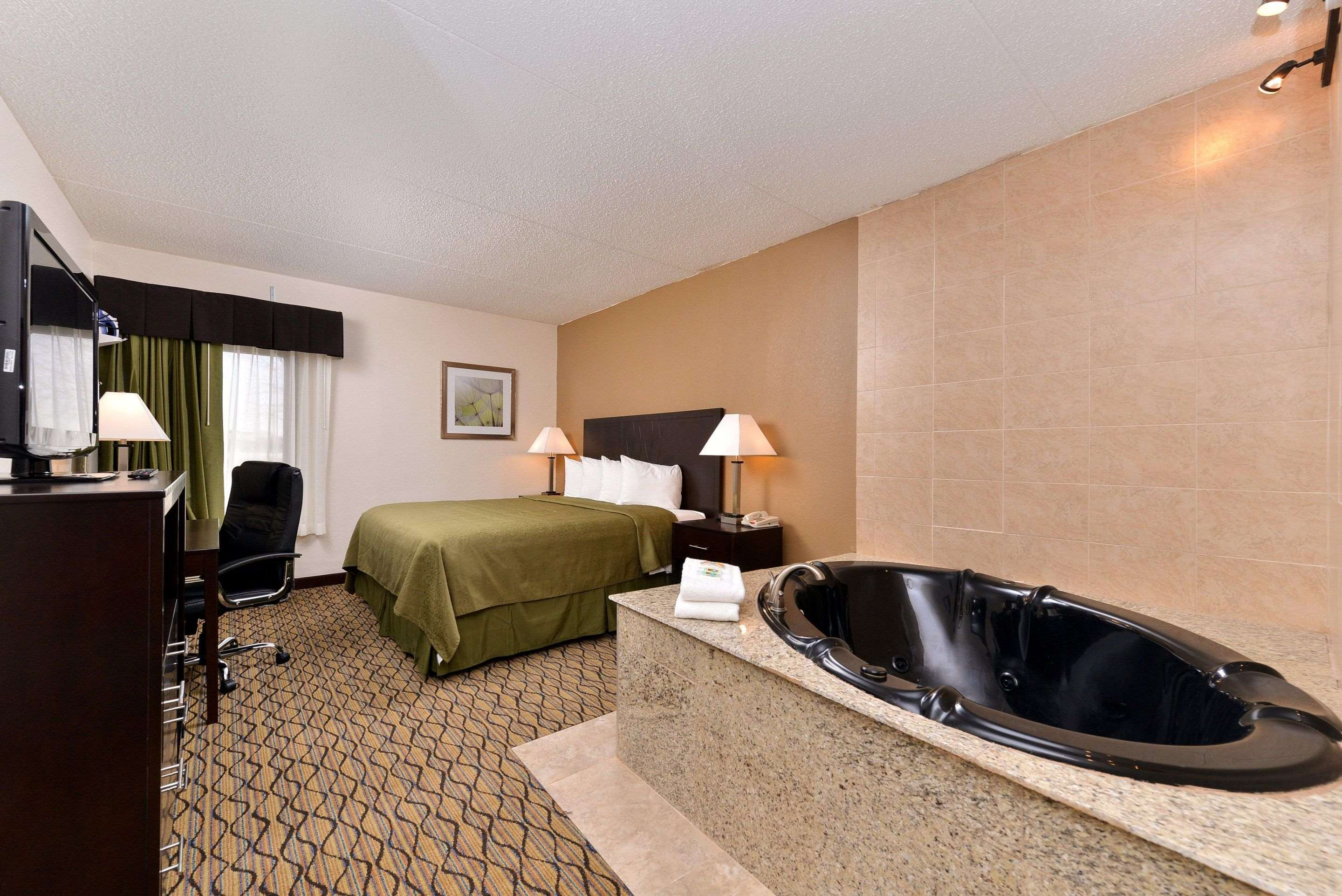 Guest room with whirlpool