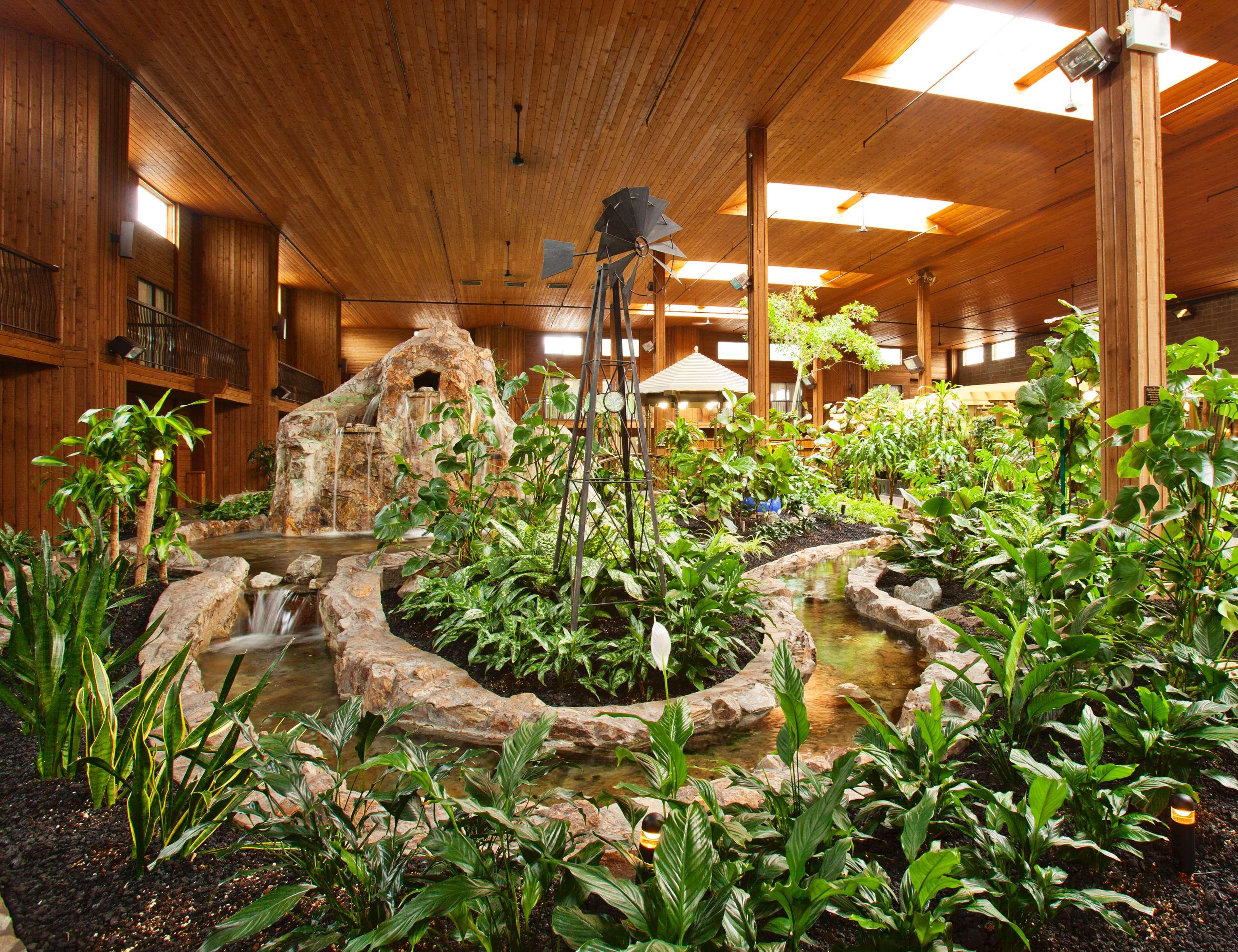 Surestay Hotel By Best Western Chilliwack in Chilliwack: Atrium Garden