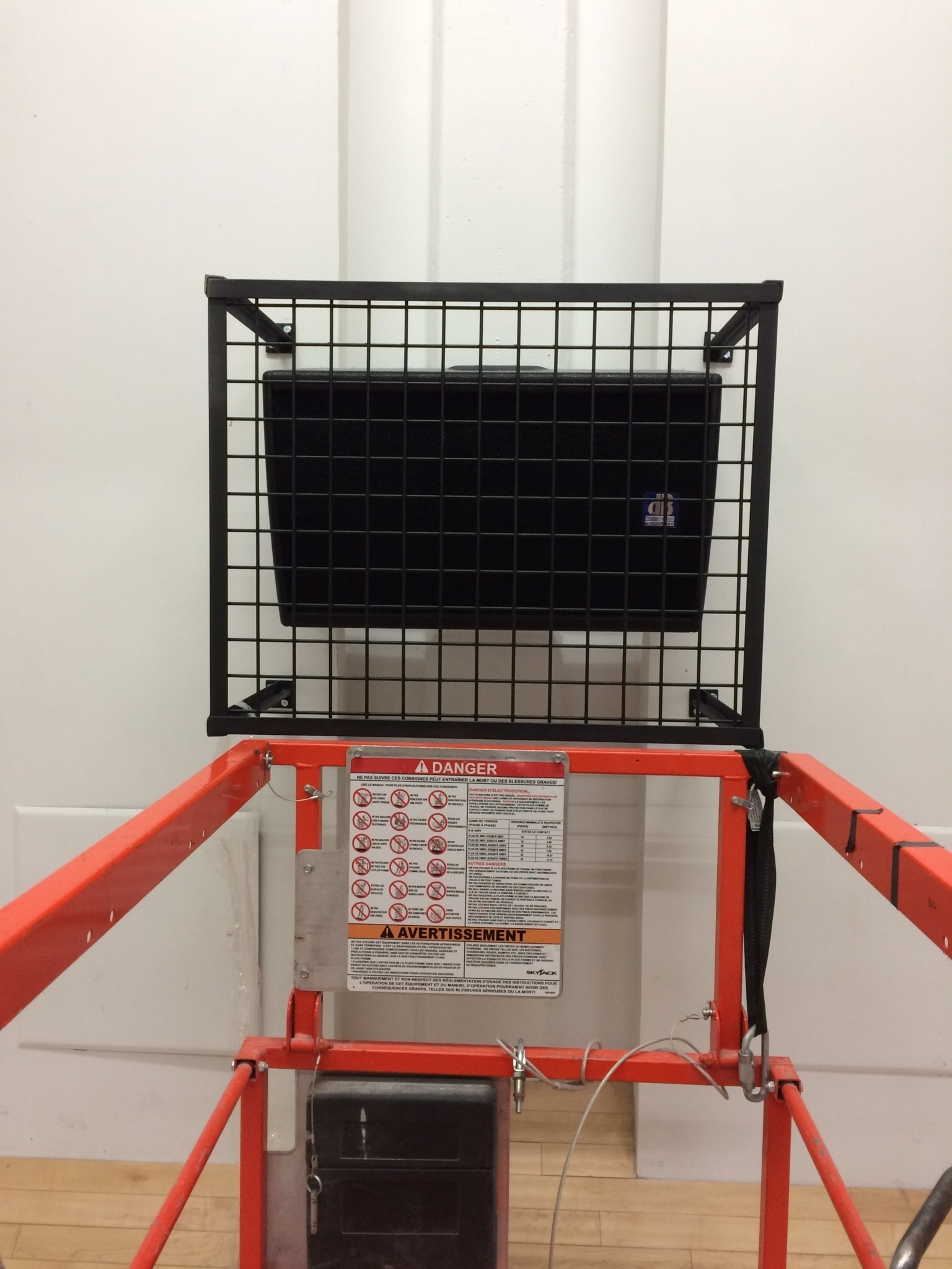 E-lite inc à Montréal: Sale and installation of loudspeakers in a gymnasium with their custom steel protective grid.. dBTecnologies.