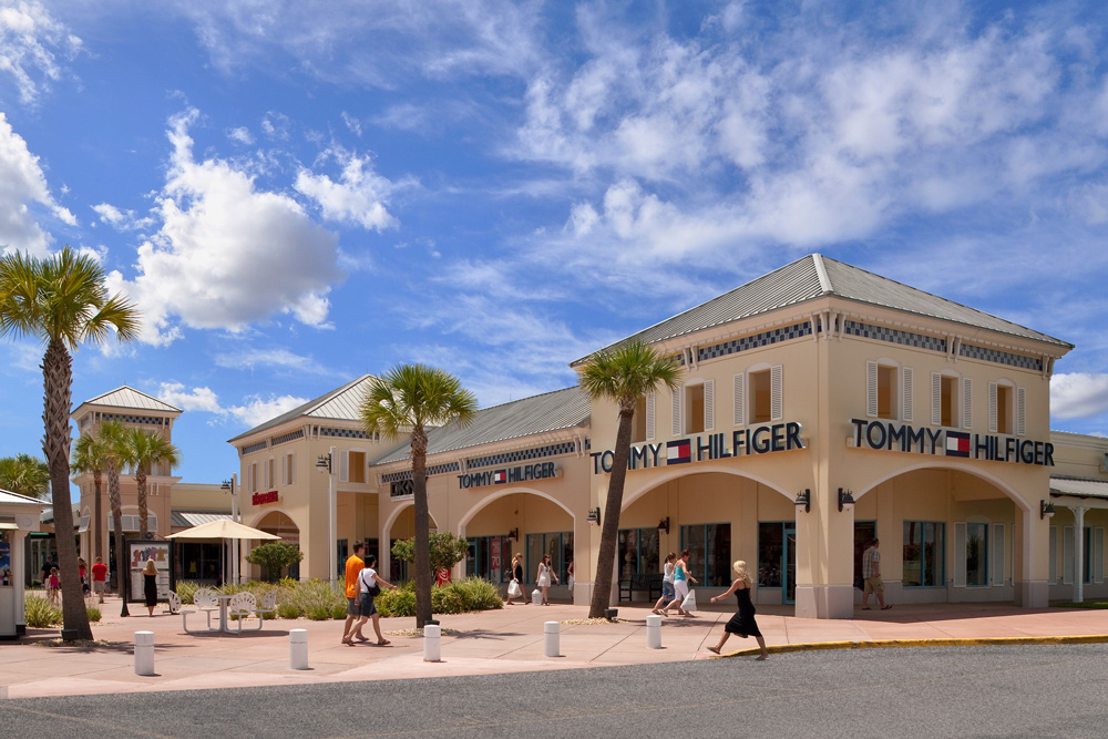 Ellenton Premium Outlets Stores and Hours Located in the Tampa Bay area, this center is close to hundreds of miles of pristine white-sandy beaches of Florida's Gulf Coast Enjoy savings of 25% to 65% every day at designer and name brand outlet stores.