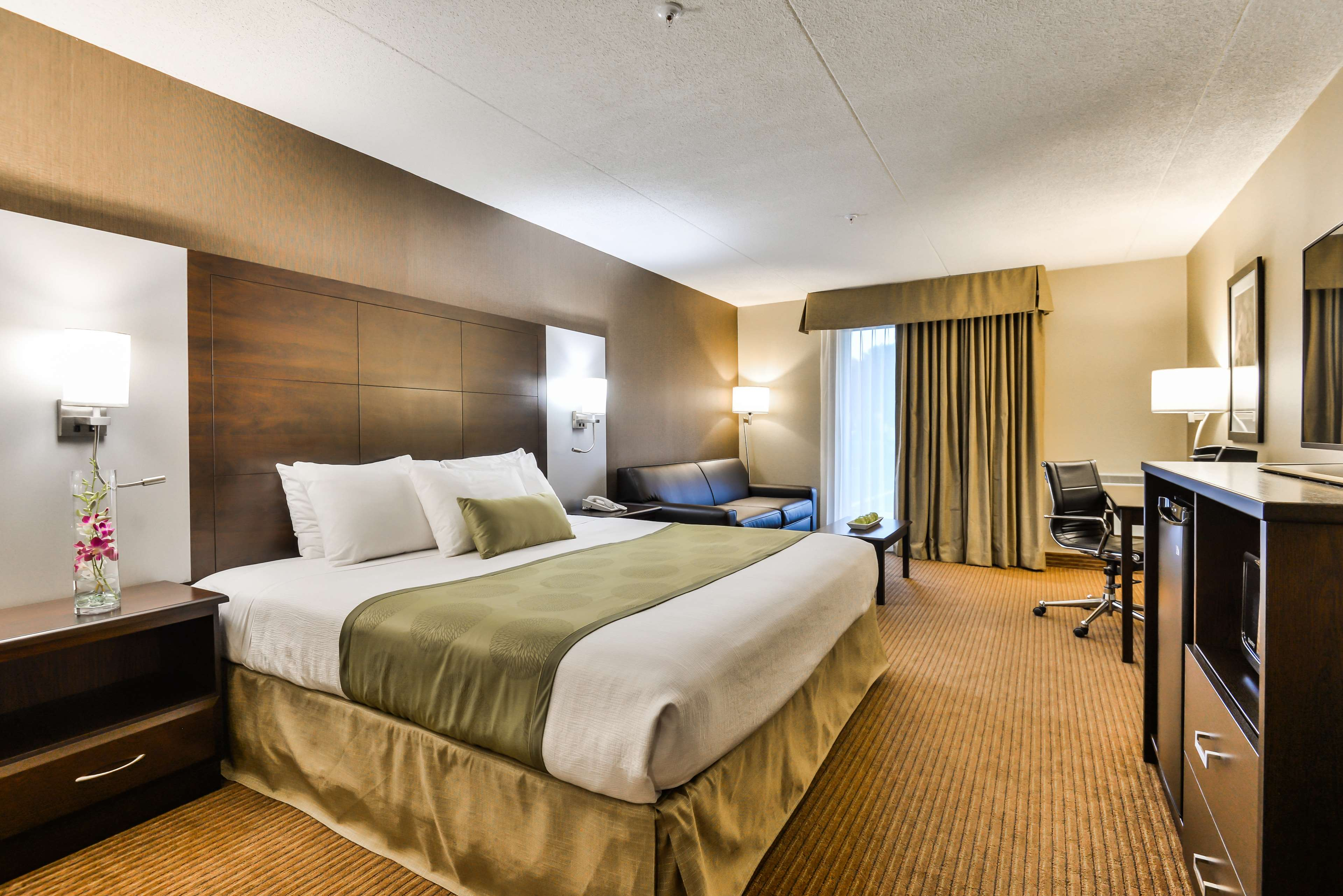 King Bed Guest Room Best Western Plus Leamington Hotel & Conference Centre Leamington (519)326-8646